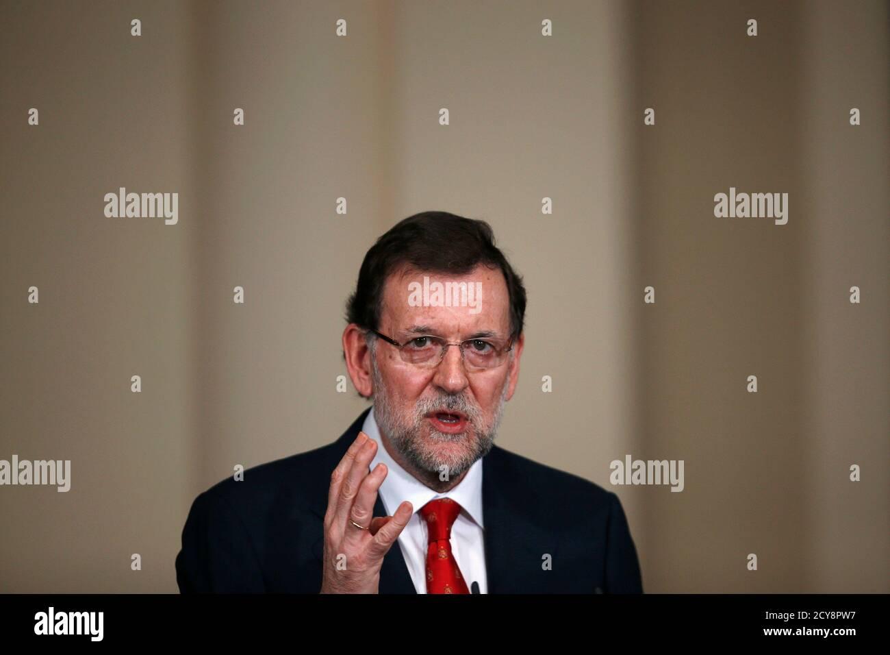 El primer ministro español, Mariano Rajoy, habla durante una presentación sobre entidades de acción social en el Palacio de Moncloa en Madrid el 11 de julio de 2013. El primer ministro español, Mariano Rajoy, puede resultar herido por las nuevas acusaciones de corrupción contra su Partido Popular, pero el gobierno es lo suficientemente fuerte como para hacer frente a la tormenta, dicen analistas y fuentes. REUTERS/Juan Medina (ESPAÑA - Tags: POLÍTICA) Foto de stock