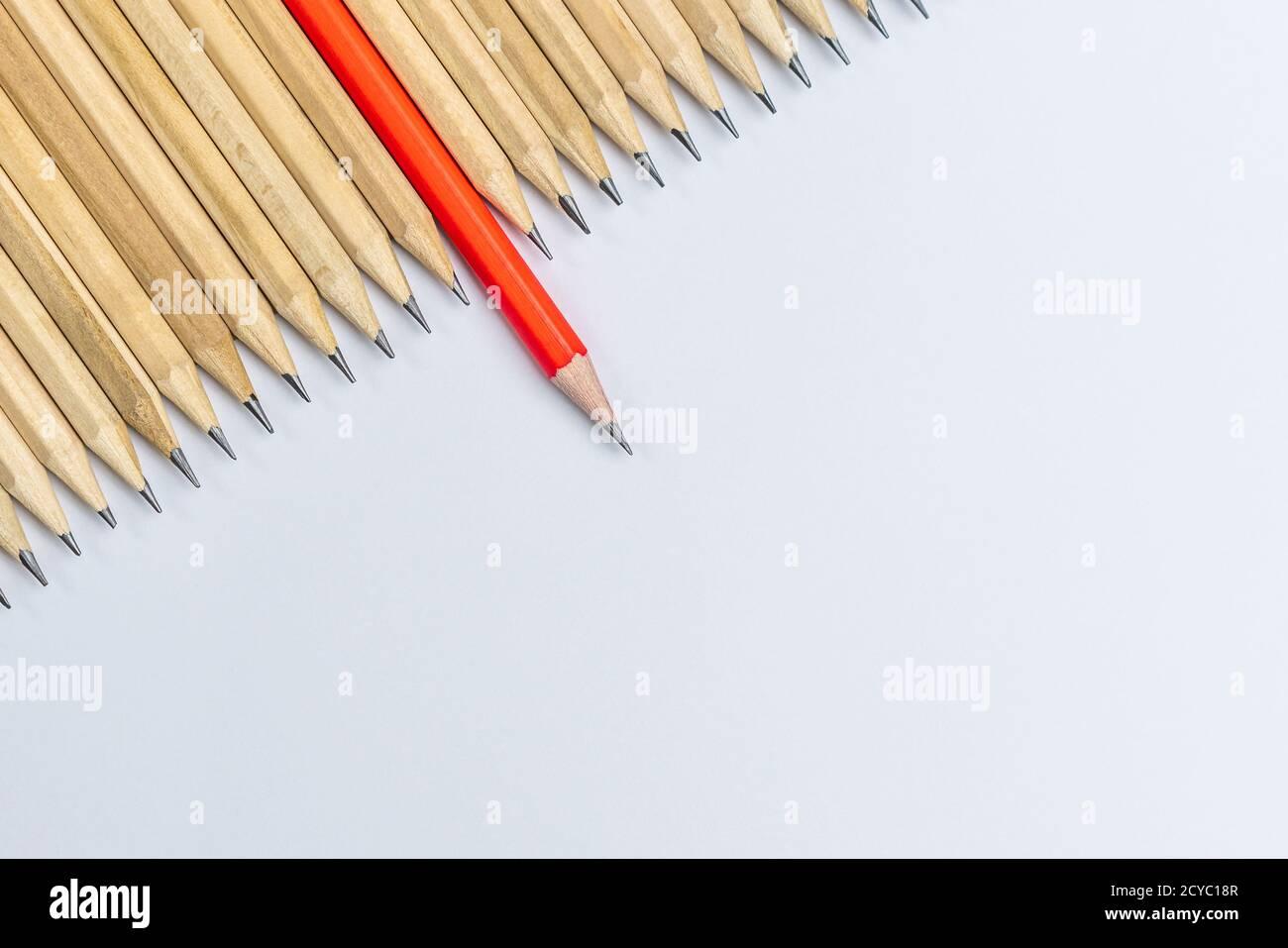 Proyección de lápiz diferente de los demás, mostrando el concepto de pensamiento empresarial único diferente de la multitud y especial con habilidades de liderazgo. Foto de stock