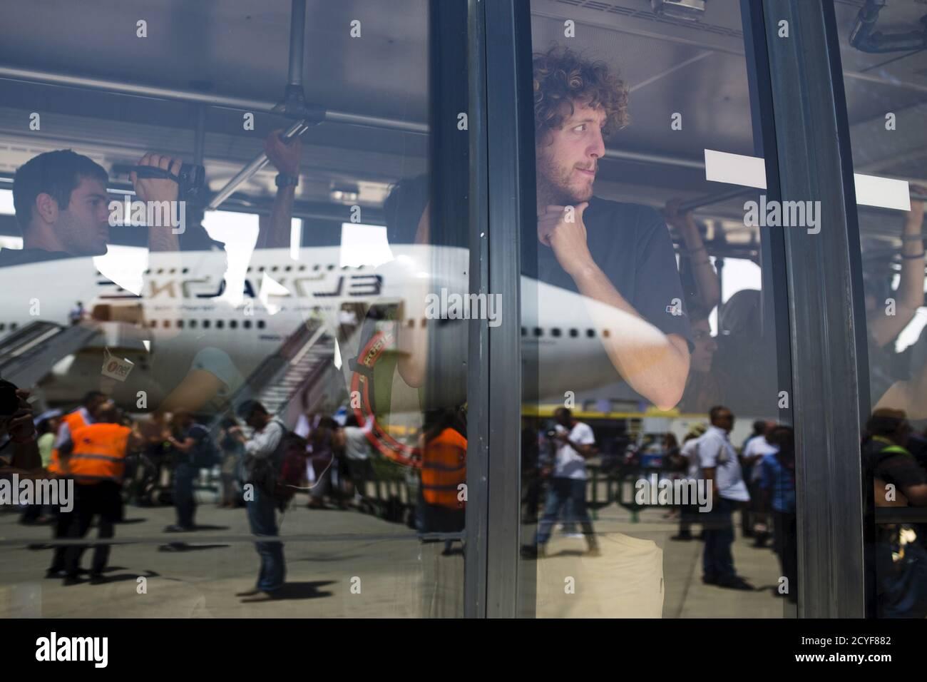 Israelíes evacuados de Nepal se encuentran a bordo de un autobús después de aterrizar en el aeropuerto internacional Ben Gurion cerca de Tel Aviv, Israel 28 de abril de 2015. REUTERS/Amir Cohen Foto de stock