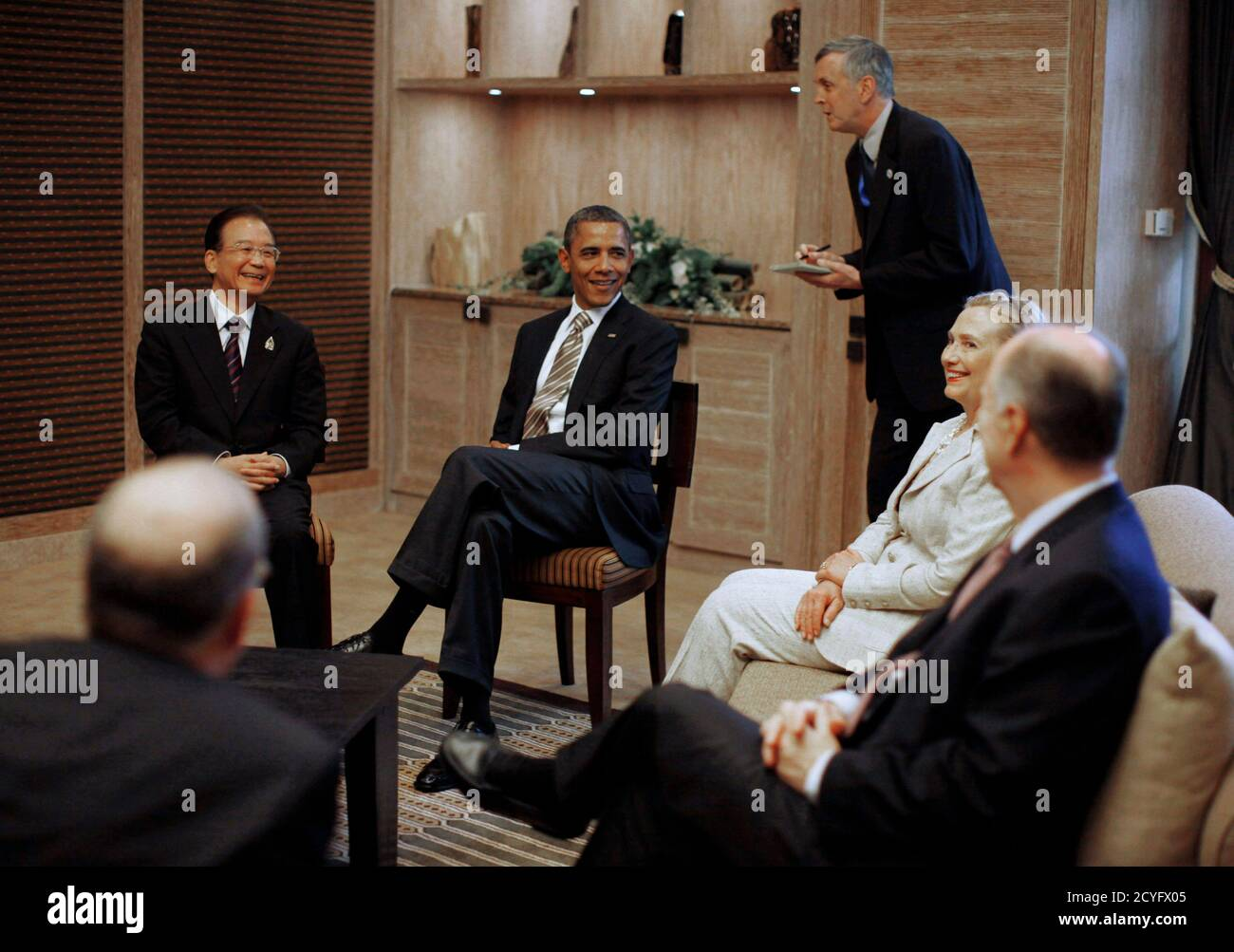 U.S. President Barack Obama (2nd L) and Secretary of State Hillary Clinton (2nd R) meet with China's Premier Wen Jiabao (L) on the sidelines of the East Asia Summit in Nusa Dua, Bali, November 19, 2011. U.S. National Security Advisor Thomas Donilon sits on the right.   REUTERS/Jason Reed   (INDONESIA - Tags: POLITICS) Foto de stock