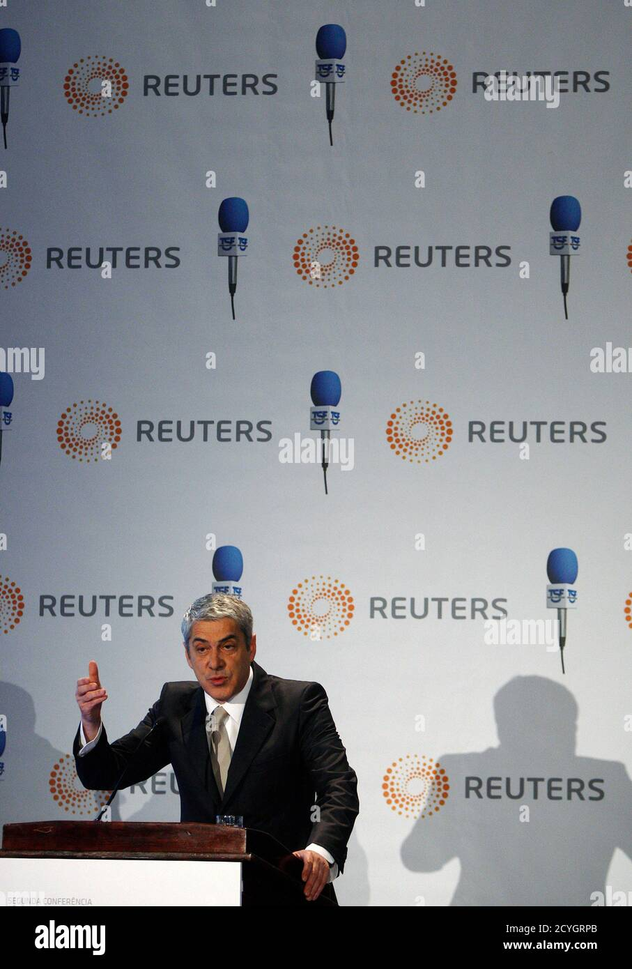 Portugal's Prime Minister Jose Socrates addresses a conference organised by Reuters and TSF radio in Lisbon February 28, 2011. Portugal promised on Monday to cut its budget deficit and implement reforms but Teixeira dos Santos warned this may all be in vain if Europe does not take strong action within weeks to resolve the region's debt crisis.  REUTERS/Rafael Marchante (PORTUGAL - Tags: BUSINESS POLITICS) Foto de stock