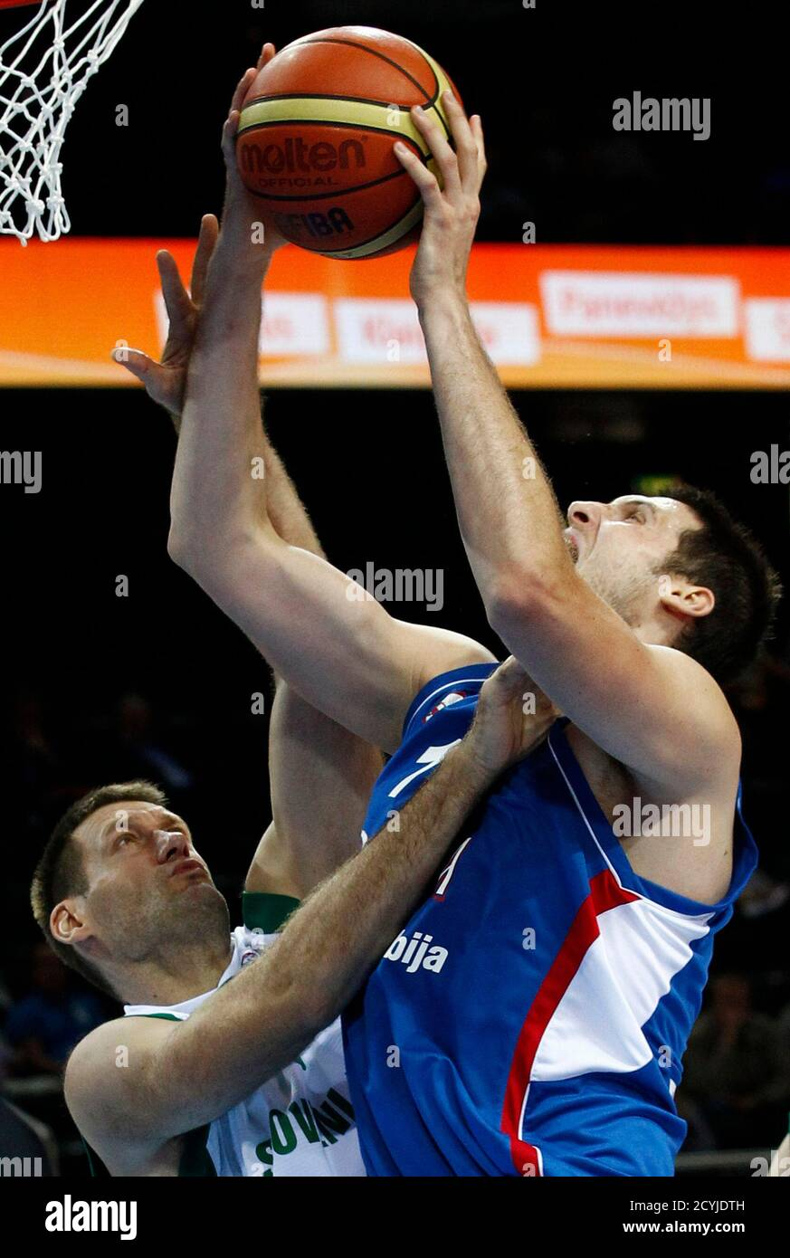 Serbia's Kosta Perovic (R) is challenged by Slovenia's Goran Jagodnik during their FIBA EuroBasket 2011 basketball game in Kaunas September 17, 2011.  The teams are playing for the 7th and 8th positions.  REUTERS/Ivan Milutinovic (LITHUANIA - Tags: SPORT BASKETBALL) Foto de stock
