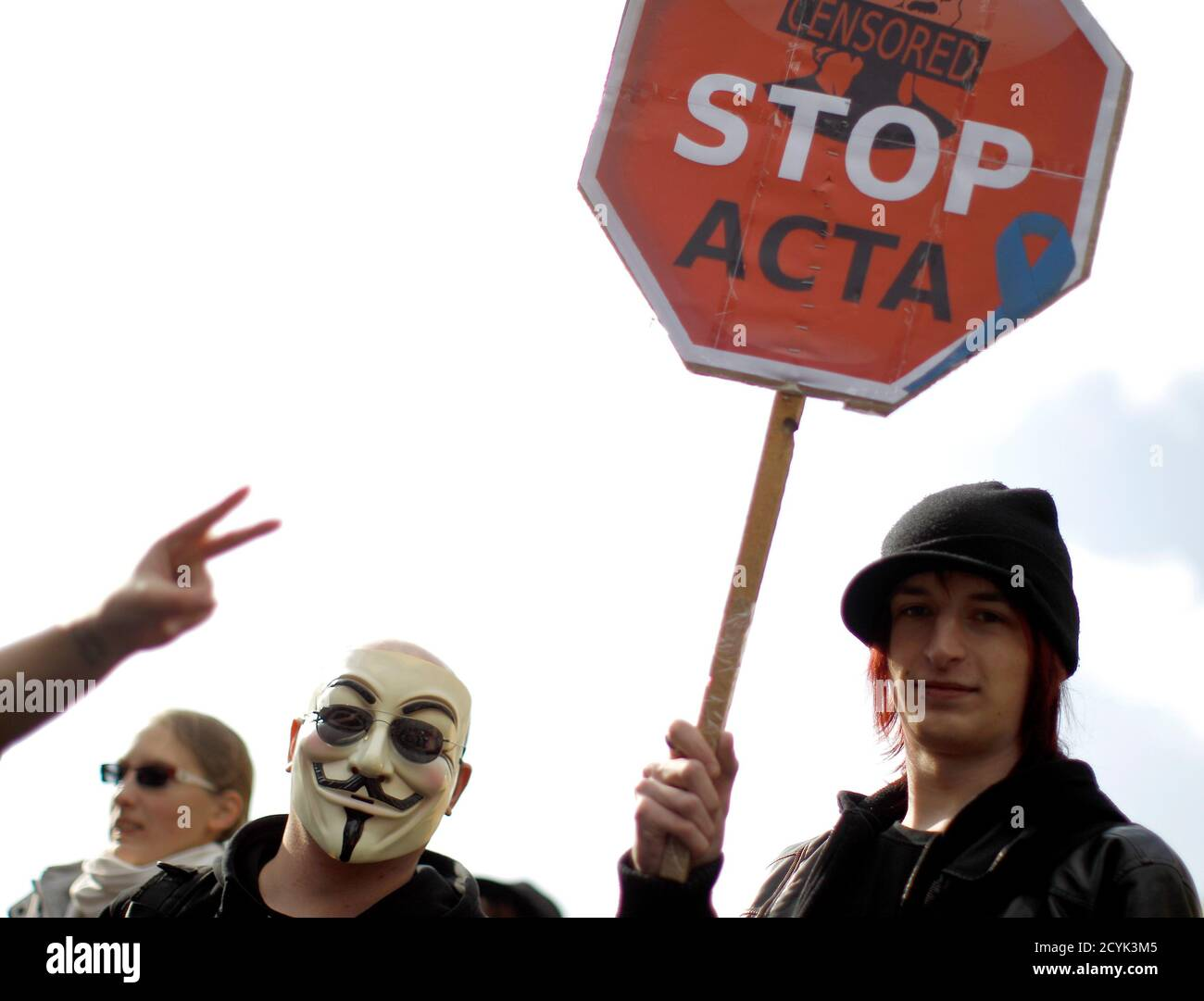 Protesters take part in a demonstration against ACTA (Anti-Counterfeiting Trade Agreement) in Vienna, February 25, 2012.  Protesters fear that ACTA, which aims to cut trademark theft and other online piracy, will curtail freedom of expression, curb their freedom to download movies and music for free and encourage Internet surveillance.   REUTERS/Lisi Niesner (AUSTRIA - Tags: POLITICS CIVIL UNREST) Foto de stock
