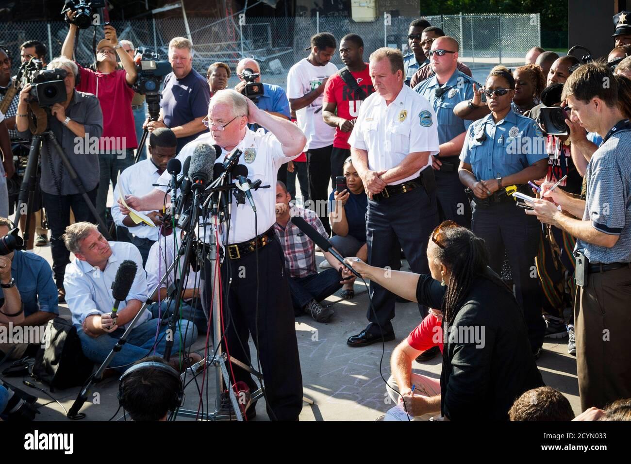 El Jefe de Policía de Ferguson, Thomas Jackson, anuncia el nombre del oficial involucrado en el tiroteo de Michael Brown como oficial Darren Wilson, en Ferguson, Missouri, 15 de agosto de 2014. El informe se celebró cerca de una tienda de conveniencia QuikTrip que había sido incendiada en medio de protestas por el tiroteo de Brown, 18, el sábado pasado. REUTERS/Lucas Jackson (ESTADOS UNIDOS - Tags: DERECHO PENAL DE DISTURBIOS CIVILES) Foto de stock