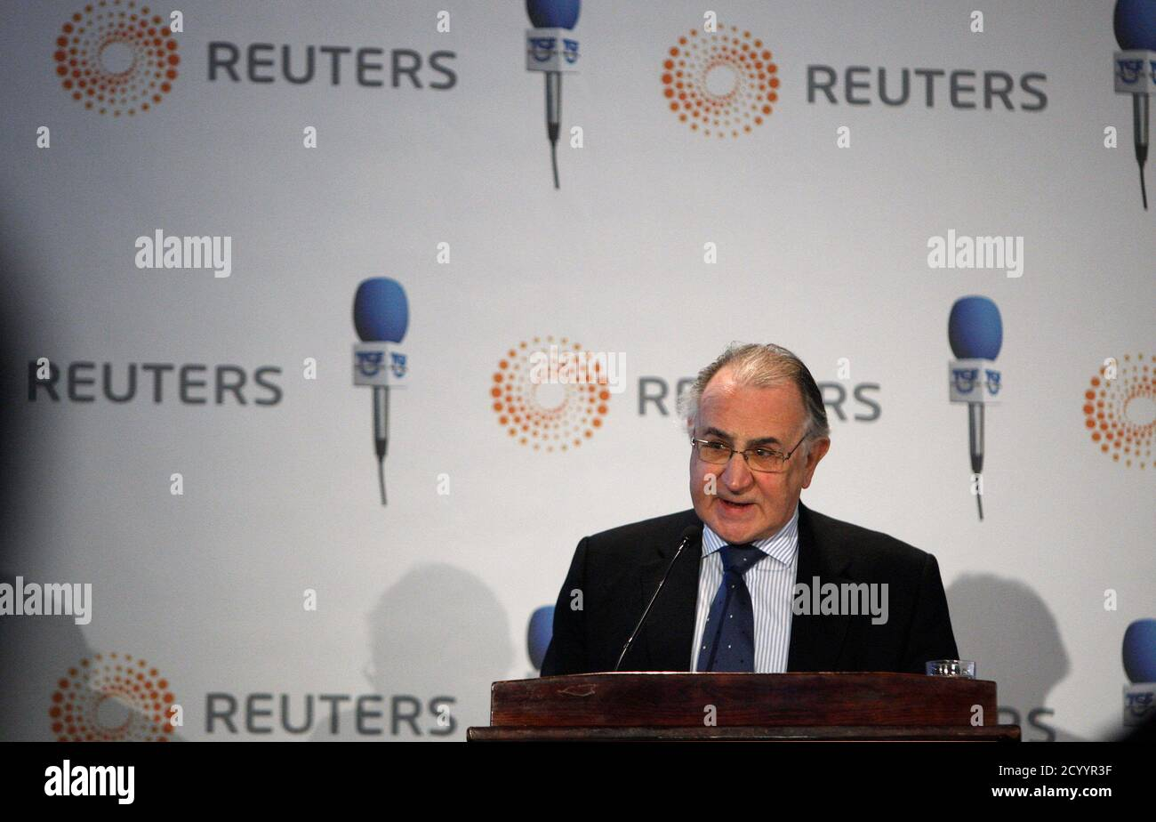 Caixa Geral de Depositos President Faria de Oliveira addresses a conference organised by Reuters and TSF radio in Lisbon February 28, 2011. Portugal  promised on Monday to cut its budget deficit and implement reforms but Texeira Dos Santos warned this may all be in vain if Europe does not take strong action within weeks to resolve the region's debt crisis. REUTERS/Rafael Marchante (PORTUGAL - Tags: BUSINESS POLITICS) Foto de stock