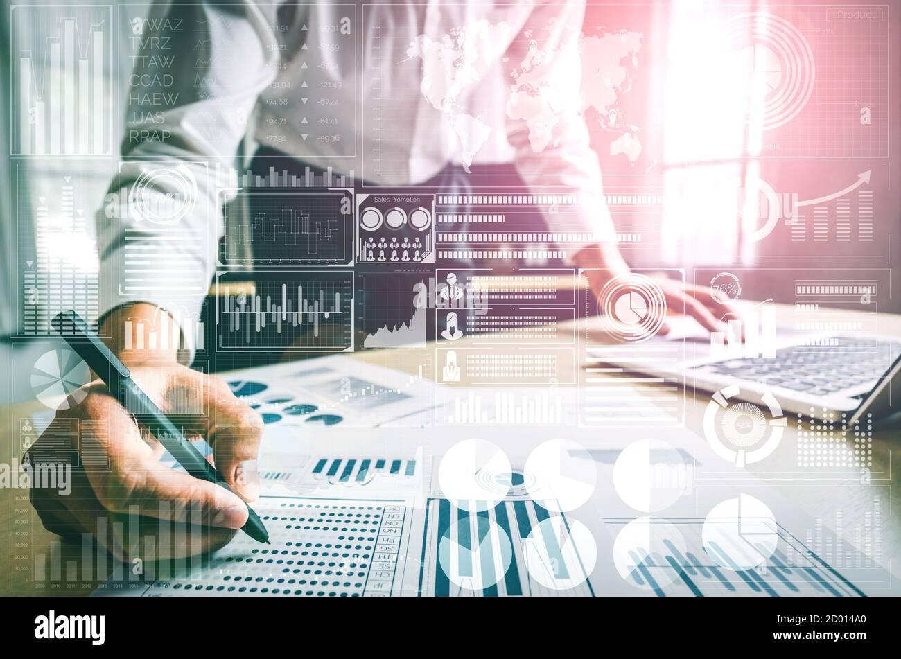 El análisis de los datos para los negocios y las finanzas concepto. Interfaz gráfica mostrando la futura tecnología informática de lucro, analítica, de investigación y marketing online Foto de stock