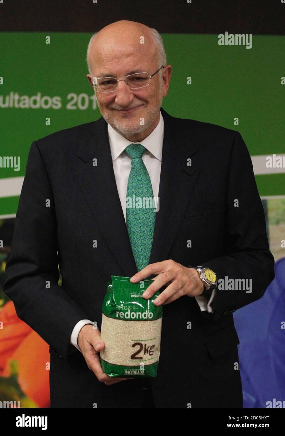 juan-roig-director-ejecutivo-de-la-cadena-de-supermercados-mercadona-tiene-una-bolsa-de-arroz-durante-una-reunion-con-los-medios-de-comunicacion-en-valencia-el-5-de-marzo-de-2015-mercadona-lider-del-sector-minorista-en-espana-anuncio-el-jueves-una-mejora-del-beneficio-neto-en-2014-de-un-5-por-ciento-a-543-millones-de-euros-aunque-mostro-una-ligera-disminucion-en-las-ventas-en-espacios-comparables-reuters-heino-kalis-espana-tags-negocios-2d03hxt.jpg