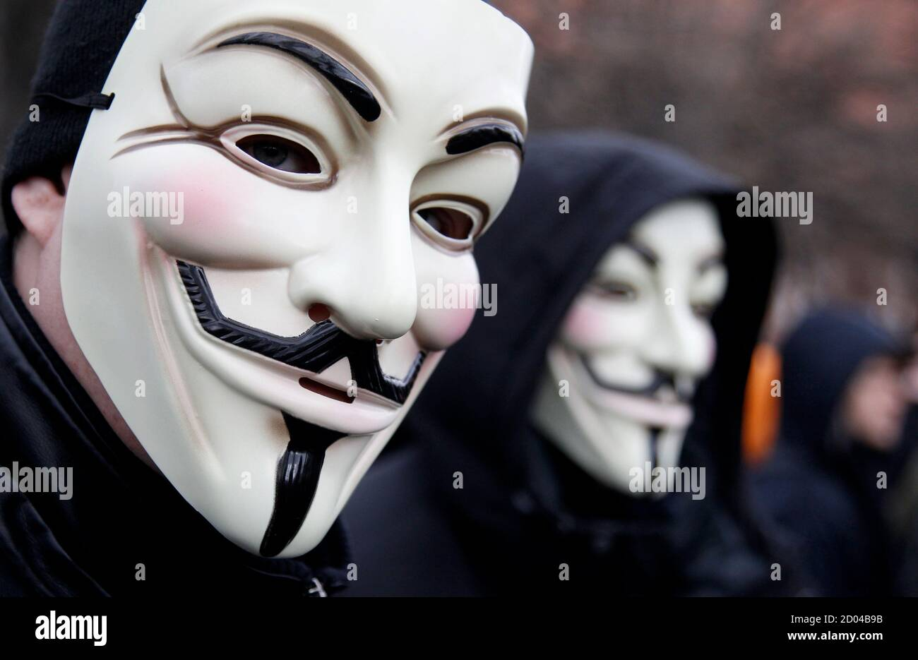 Los manifestantes que llevan máscaras Guy Fawkes participan en una manifestación contra el Acuerdo Comercial Antifalsificación (Acta) en Berlín el 25 de febrero de 2012. Los manifestantes temen que el ACTA, cuyo objetivo es reducir el robo de marcas y otras actividades de piratería en línea, reduzca la libertad de expresión, ponga freno a su libertad para descargar películas y música de forma gratuita y fomente la vigilancia en Internet. REUTERS/Tobias Schwarz (ALEMANIA - Tags: POLÍTICA DISTURBIOS CIVILES) Foto de stock