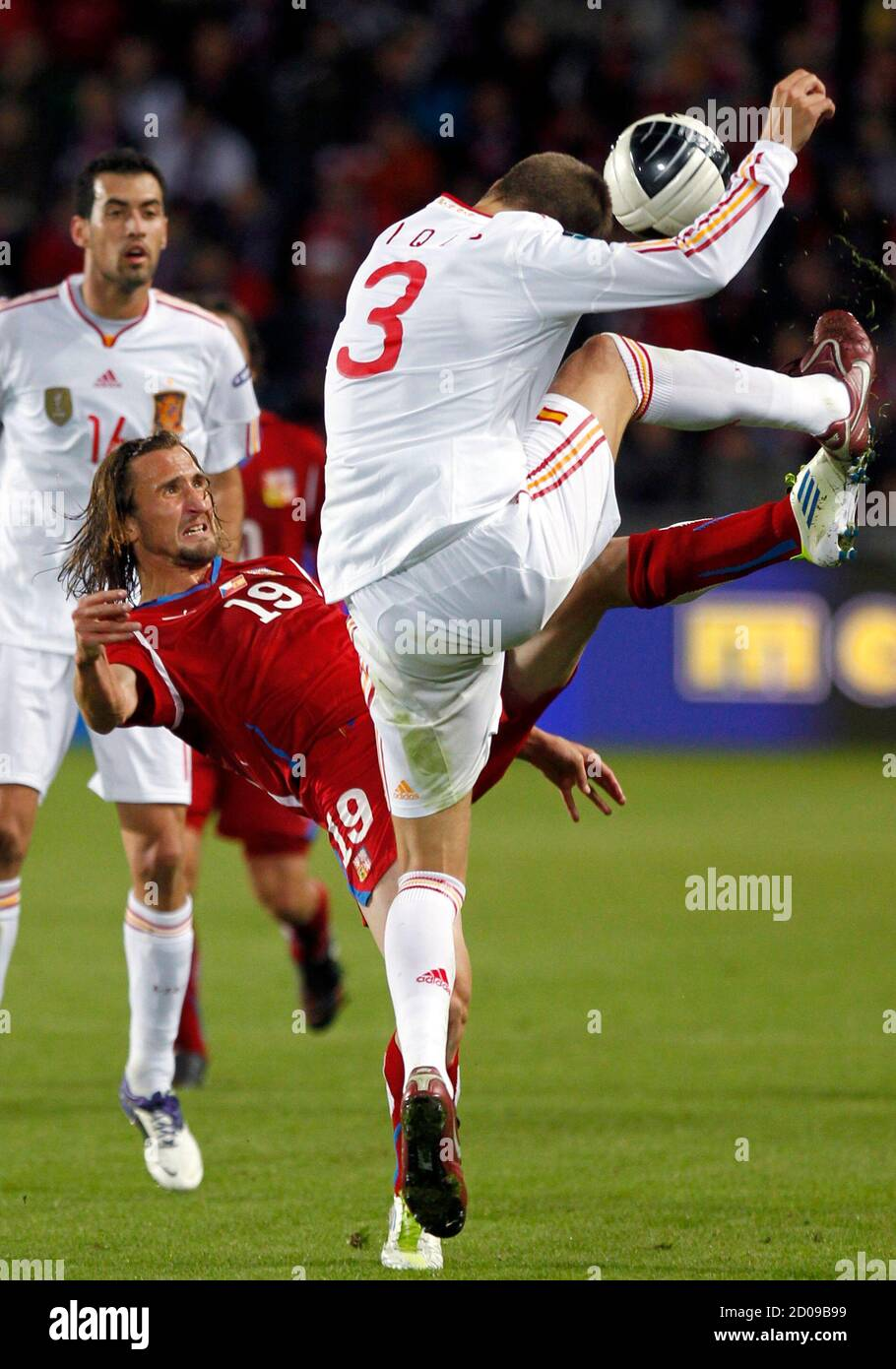 Petr Jiracek (L) of the Czech Republic challenges Gerard Pique of Spain during their Euro 2012 Group I qualifying soccer match in Prague October 7, 2011.   REUTERS/Petr Josek (CZECH REPUBLIC - Tags: SPORT SOCCER) Foto de stock