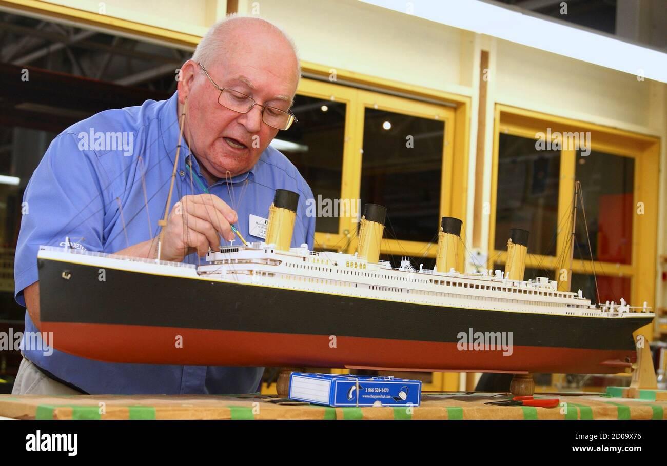 John Green Trabaja En Un Modelo A Escala De 1 196 Del Rms Titanic En El