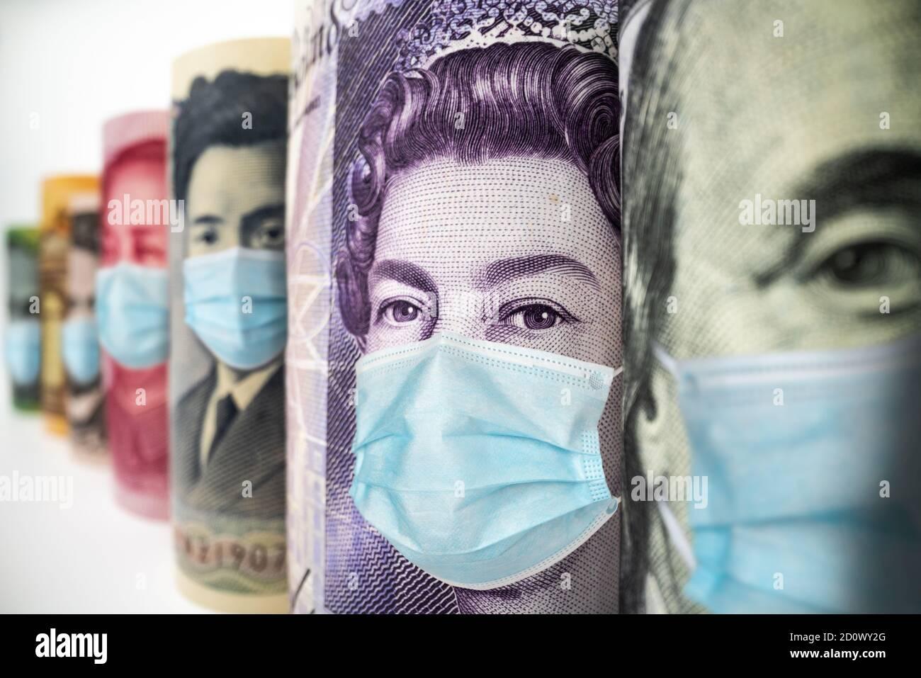 El dinero en moneda internacional incluye el dólar estadounidense, Euro Currency, British UK Pound, Australian Dollar, China Yuan y Japan Yen máscara facial Foto de stock