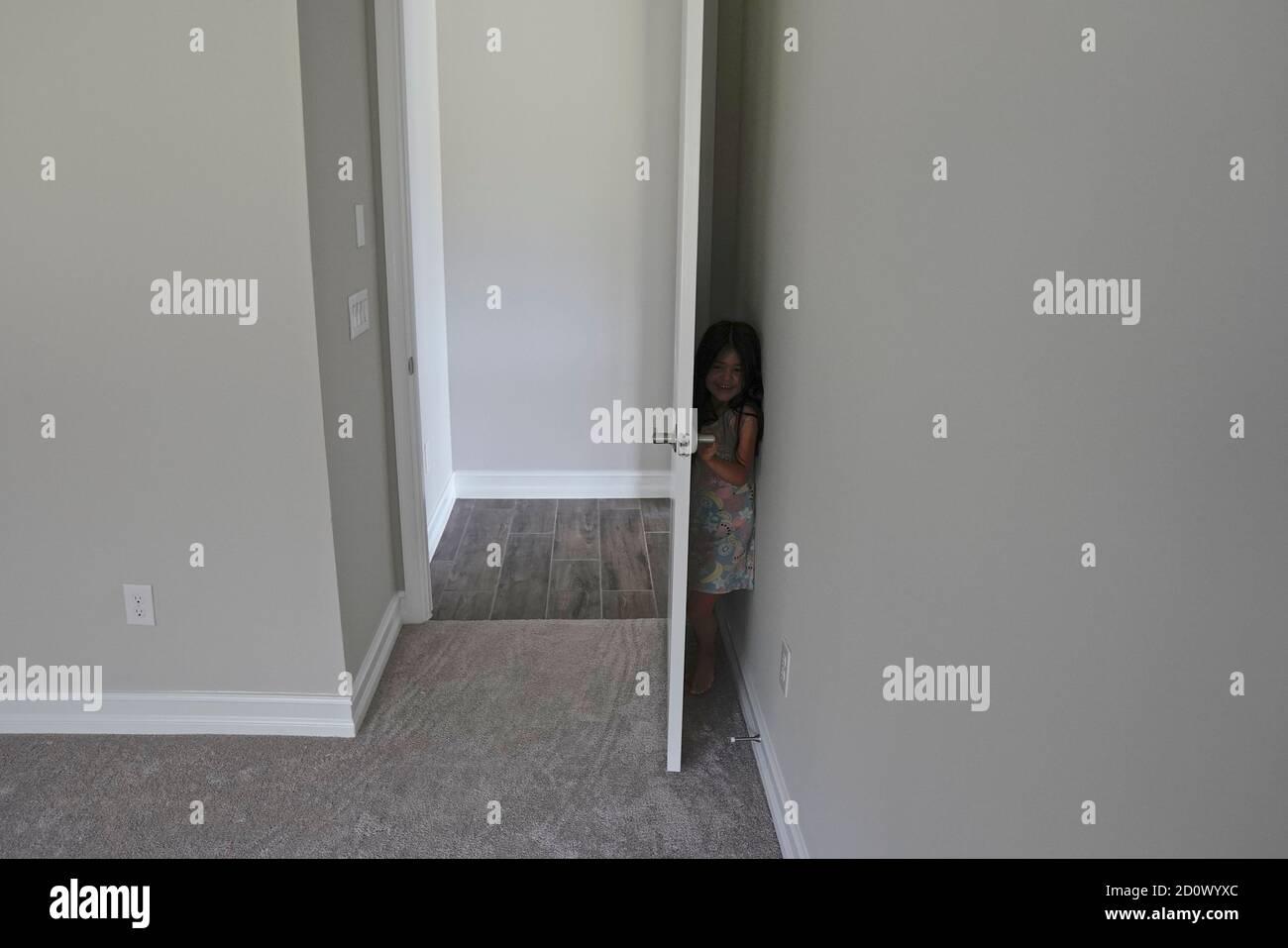 Chica jugando al escondite Foto de stock