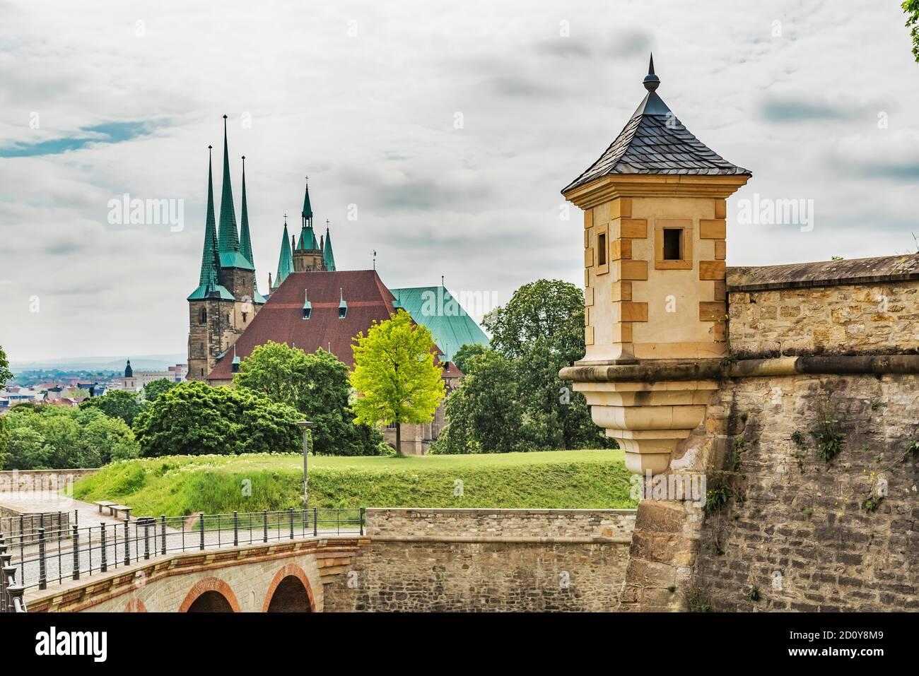 Vista desde la ciudadela de Petersberg hasta la colina de la catedral con la catedral de Erfurt y la iglesia de Severi Erfurt, capital de Turingia, Alemania, Europa Foto de stock