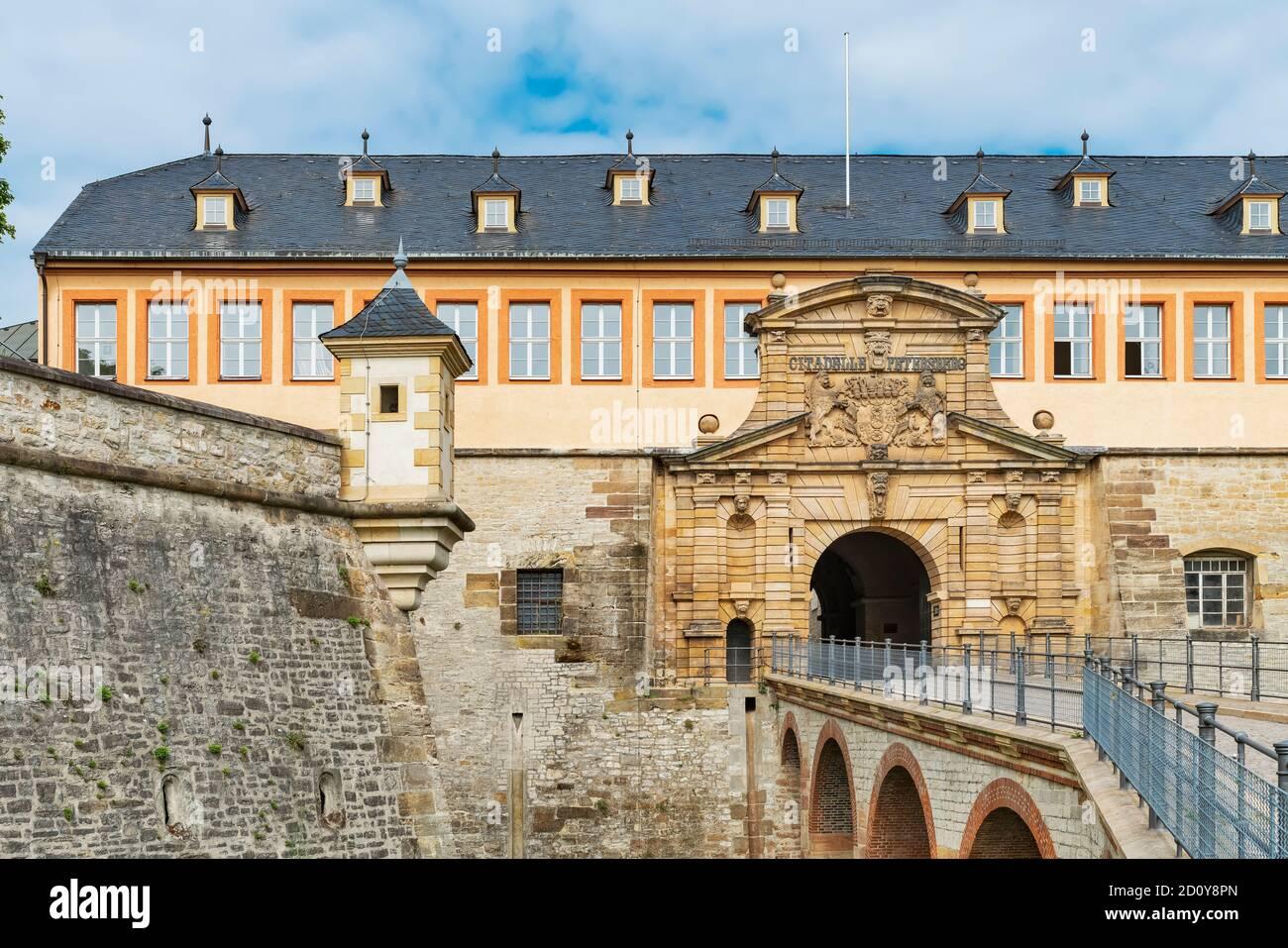 La antigua casa del comandante con Peterstor está situada en el Peterberg. La ciudadela barroca se encuentra en Erfurt, Turingia, Alemania, Europa Foto de stock