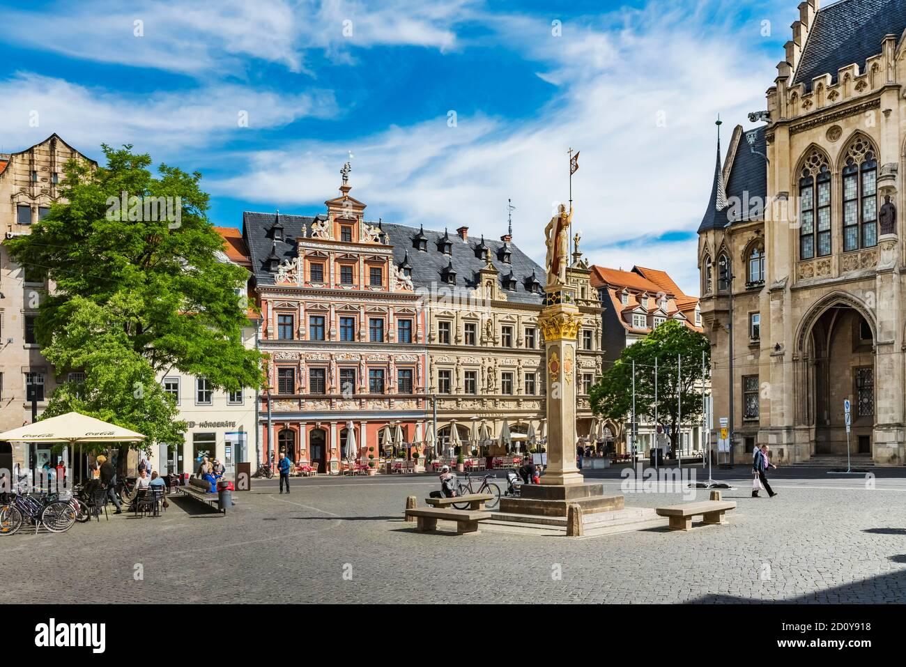 En Fischmarkt se encuentran los edificios del ayuntamiento (derecha) y el 'Haus zum Breiten hato' (izquierda), Erfurt, Turingia, Alemania, Europa Foto de stock