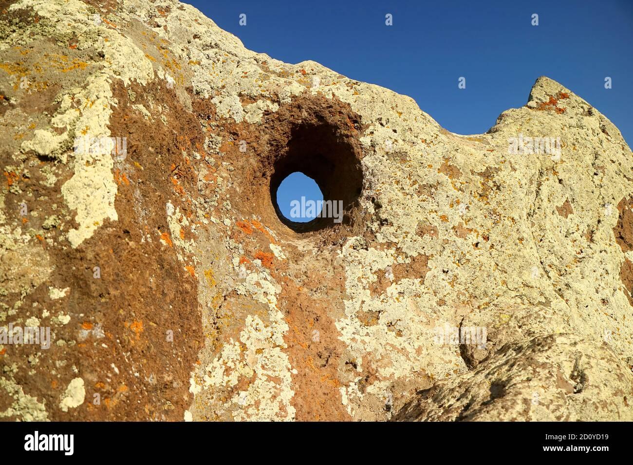 Carahunge significa HABLAR PIEDRAS en armenio, los agujeros de piedras en este sitio arqueológico Crear sonidos silbantes en un día de viento, Provincia de Syunik Foto de stock
