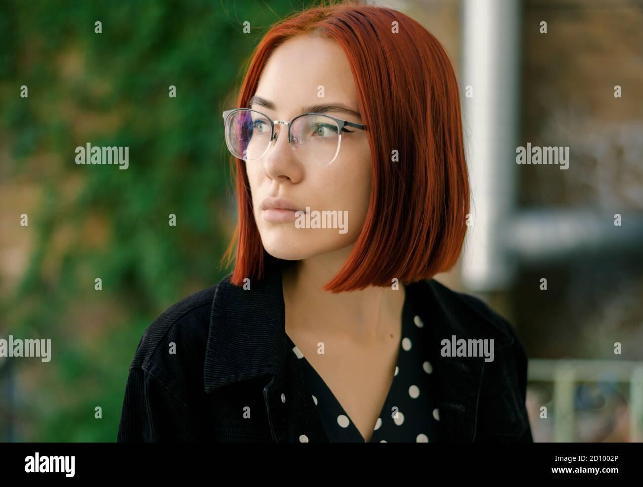 Retrato de una hermosa mujer de la pelirroja usando gafas. Foto de stock