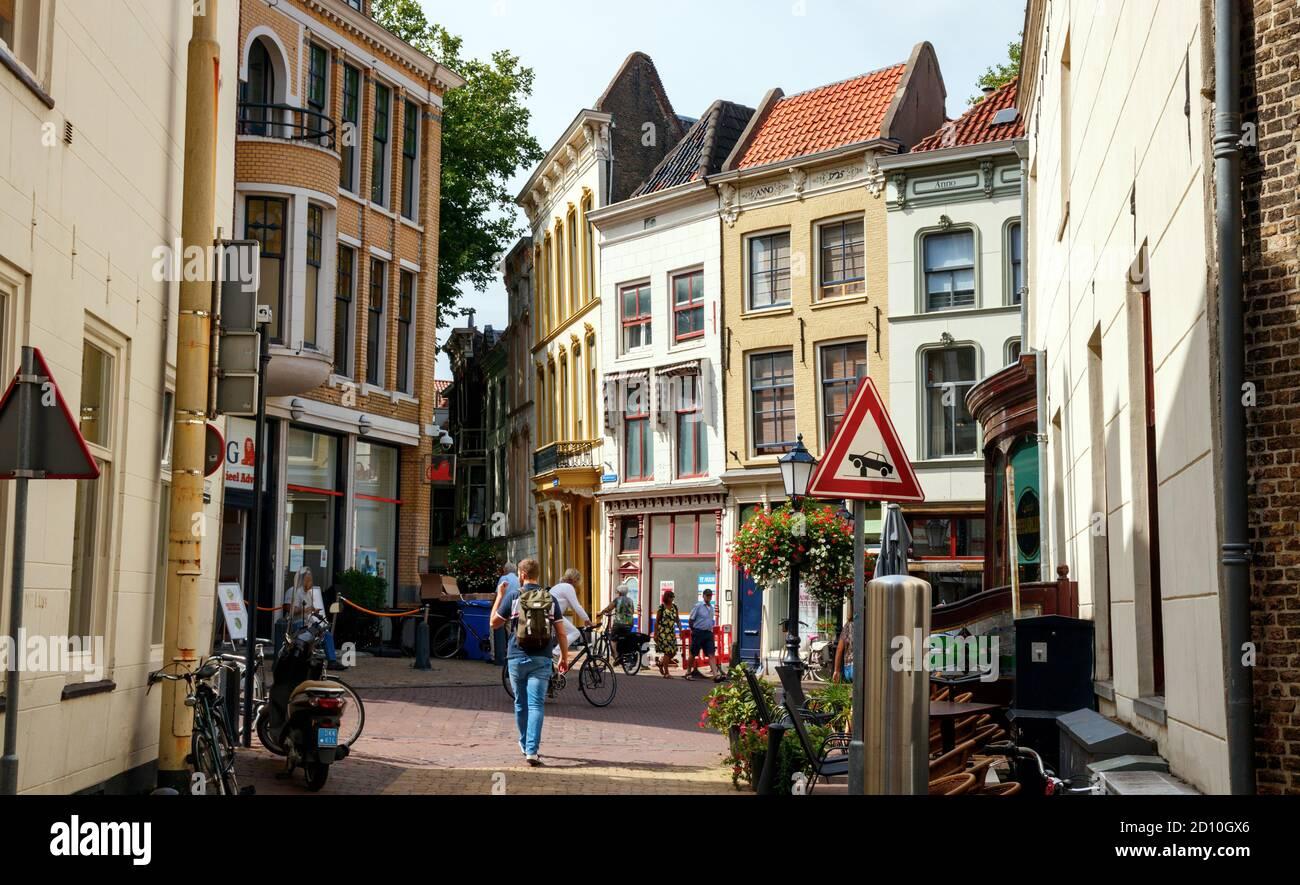 Vista del casco antiguo de la ciudad de Gouda. Antiguas casas de la Wijdstraat y Lage Gouwe vistas desde Torenstraat. Holanda del Sur, Holanda. Foto de stock