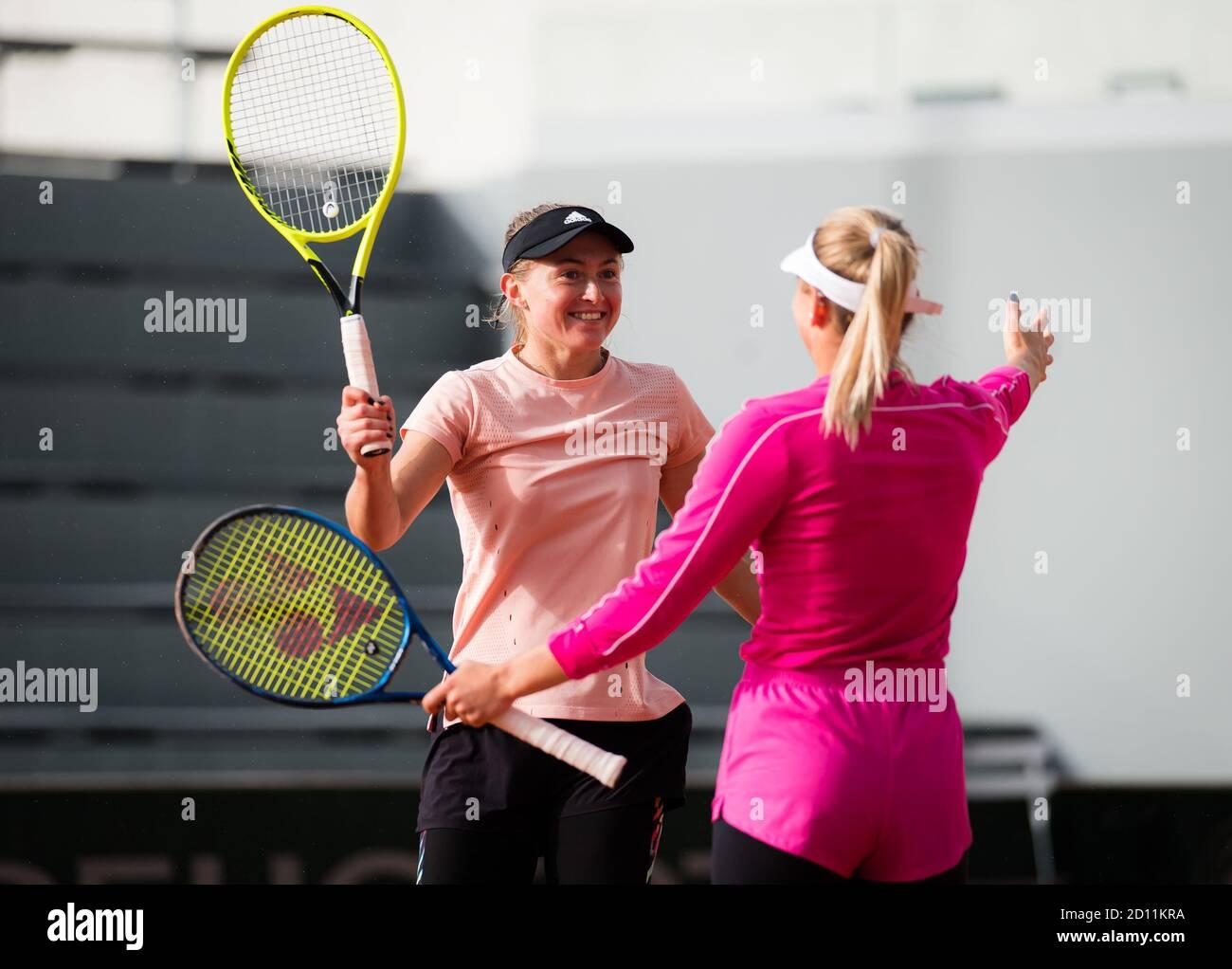 Marta Kostyuk de Ucrania y Aliaksandra Sasnovich de Bielorrusia jugando dobles en el Roland Garros 2020, Grand Slam torneo de tenis, el próximo mes de octubre Foto de stock