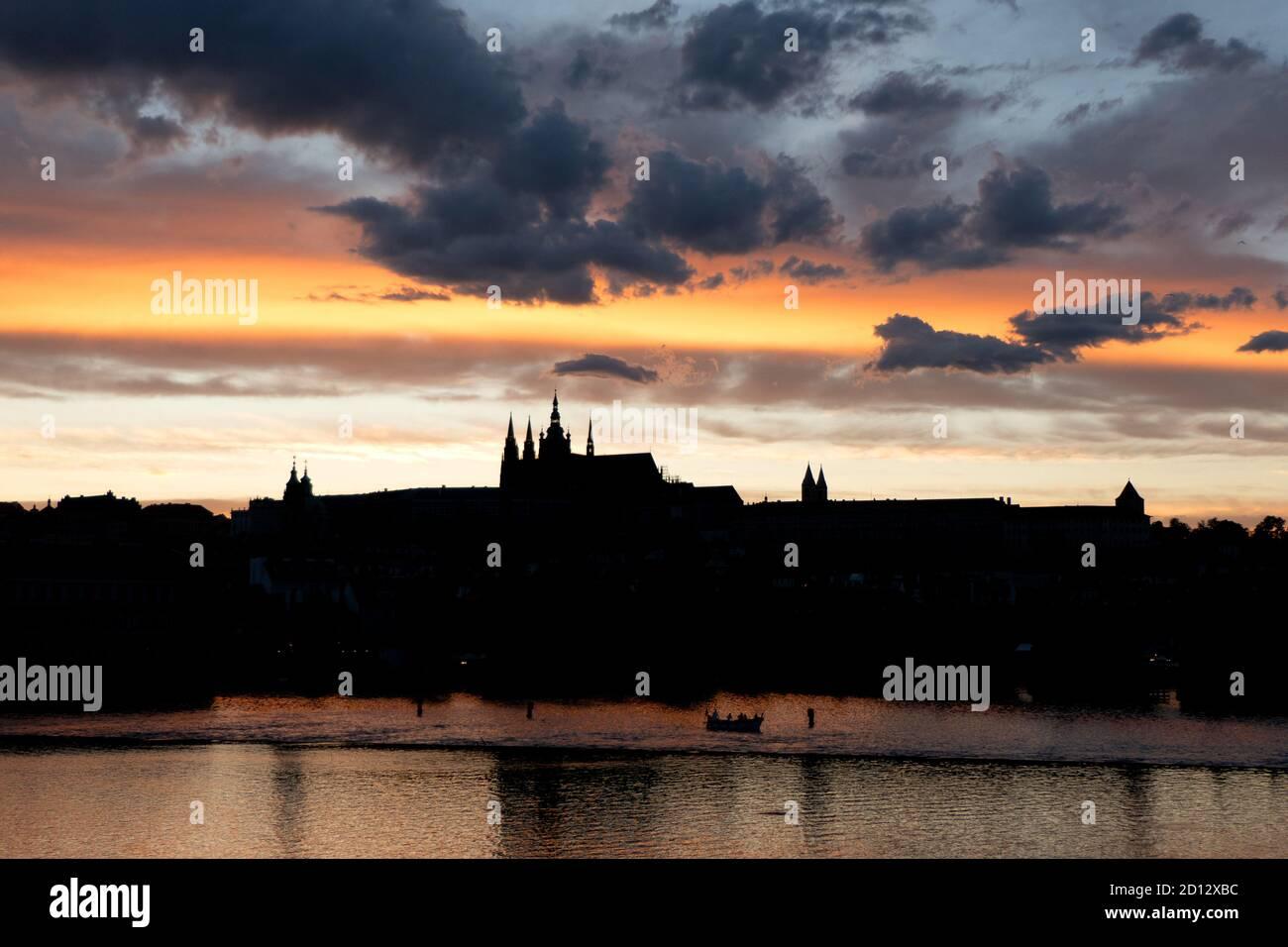Vista del Castillo de Praga, punto de referencia turístico en el río Vltava (Moldau) en Praga, República Checa, Europa. Hermoso paisaje de la ciudad con monumento Foto de stock