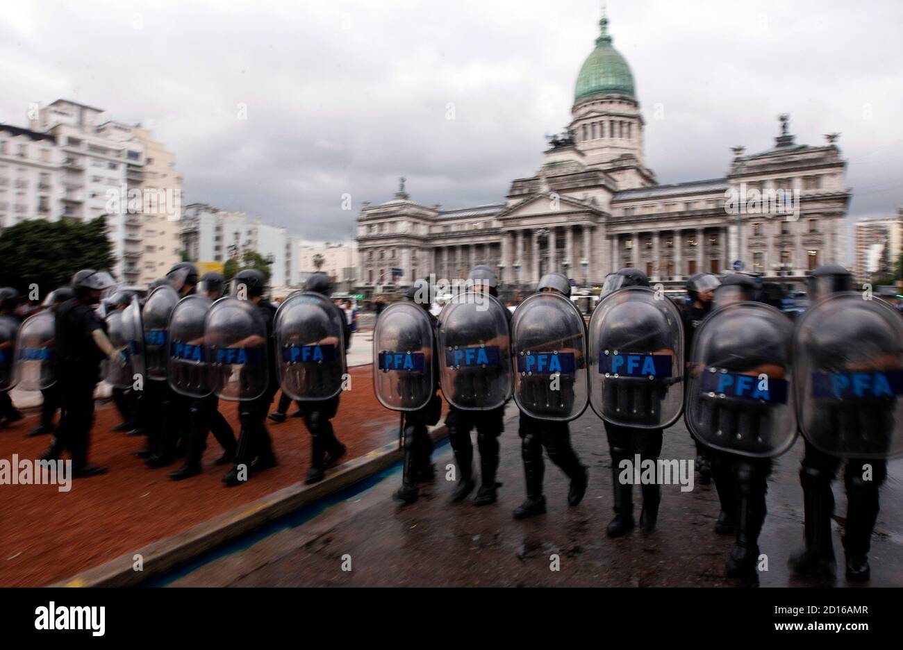 Anti-riot policemen march during a protest by veterans of the Falklands war, known commonly in Argentina as the 'Malvinas,' demanding their pension rights outside the Congress in Buenos Aires, November 25, 2009. REUTERS/Marcos Brindicci (ARGENTINA POLITICS CONFLICT BUSINESS) Foto de stock