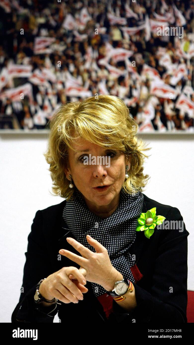 Esperanza Aguirre, Madrid Regional President, gestures during a her Popular Party's regional executive board meeting at the party's headquarters in Madrid February 11, 2009. High Court magistrate Baltasar Garzon named 34 people on February 10, 2009 as suspects in an investigation into corruption in the Popular Party, taking the total number of suspects to 37. The corruption investigation comes on the tail of allegations of in-party spying in the Popular Party Madrid regional government.  REUTERS/Sergio Perez  (SPAIN) Foto de stock