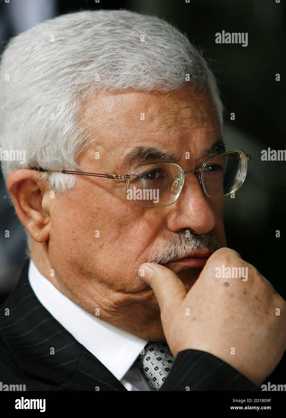 El presidente palestino Mahmoud Abbas está representado en el Musee d'Art et d'Histoire en Ginebra el 26 de abril de 2007. Del 27 de abril al 7 de octubre de 2007, el museo llevará a cabo una exposición de más de 500 elementos arqueológicos recuperados de la Franja de Gaza, revelando múltiples facetas de este patrimonio de la región. REUTERS/Denis Balibouse (SUIZA) Foto de stock