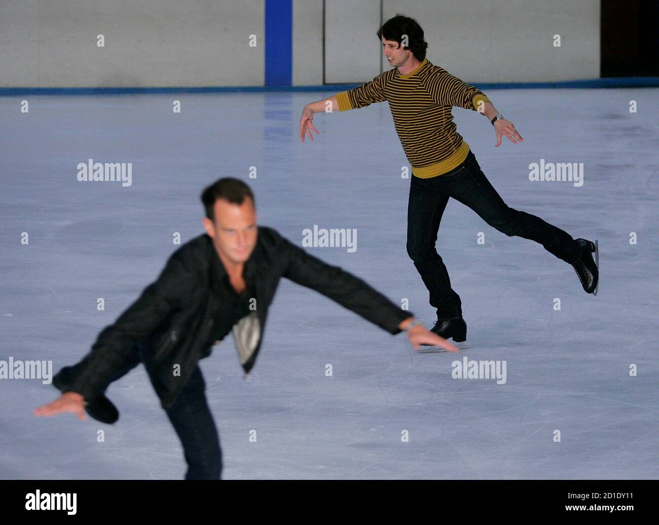 """Actors Jon Heder (R) and Will Arnett skate during a media opportunity at an ice skating rink to promote their film """"Blades of Glory"""" in Sydney June 6, 2007.         REUTERS/Tim Wimborne     (AUSTRALIA) Foto de stock"""