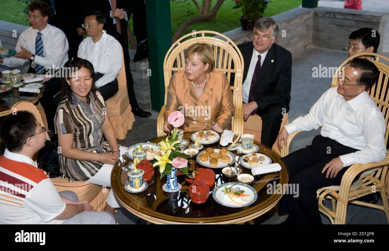 El primer ministro de China, Wen Jiabao (R), se sienta con la canciller alemana Angela Merkel (C) en una casa de té en el parque Zhongshan, al lado de la Ciudad Prohibida en Beijing, el 27 de agosto de 2007. REUTERS/Adrian Bradshaw/Piscina (CHINA) Foto de stock
