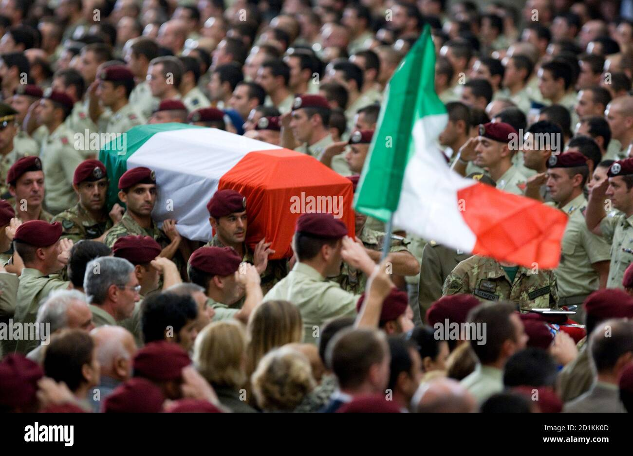 """Italian soldiers carry the coffin of one of the six Italian soldiers killed in Afghanistan, as the Italy national flag flies during a funeral service at Saint Paul Basilica in Rome September 21, 2009. Italy wants to withdraw its troops from Afghanistan """"as soon as possible"""" but will not take the decision unilaterally, Berlusconi said on Thursday.   REUTERS/Alessandro Bianchi   (ITALY POLITICS CONFLICT OBITUARY IMAGES OF THE DAY) Foto de stock"""