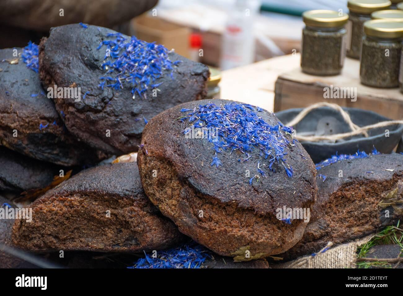 Negro casero y Juniper cereales pan con semillas de cáñamo en un mercado tradicional de alimentos de la calle Foto de stock