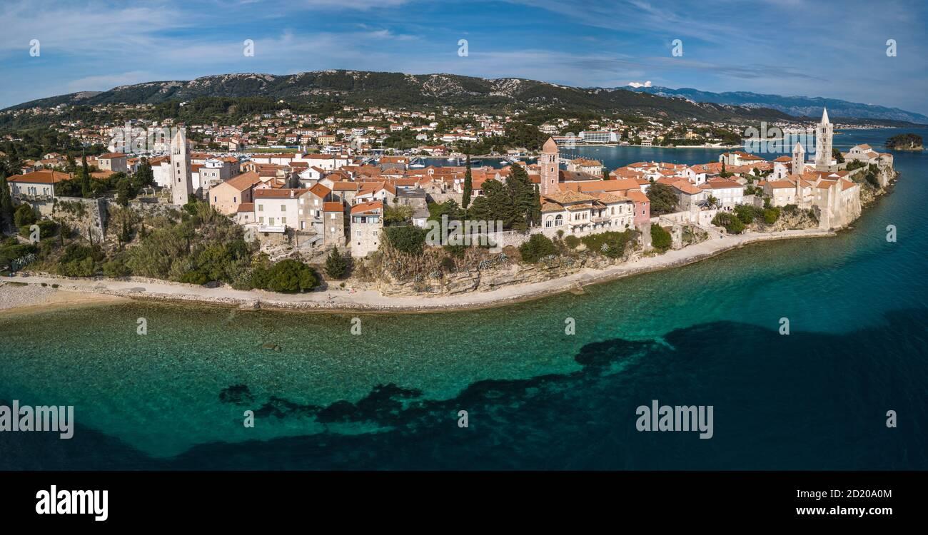Imagen aérea de la ciudad de Rab en la isla de Rab, Croacia. Vista panorámica de la ciudad de Rab rodeada de mar. Foto de stock