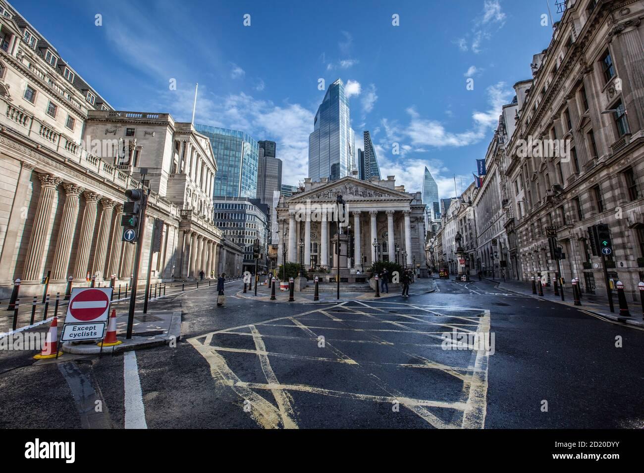 Un tranquilo cruce de bancos con vistas al Banco de Inglaterra y el Royal Exchange como segundo coronavirus amenaza la economía del Reino Unido, Londres, Inglaterra, Reino Unido Foto de stock