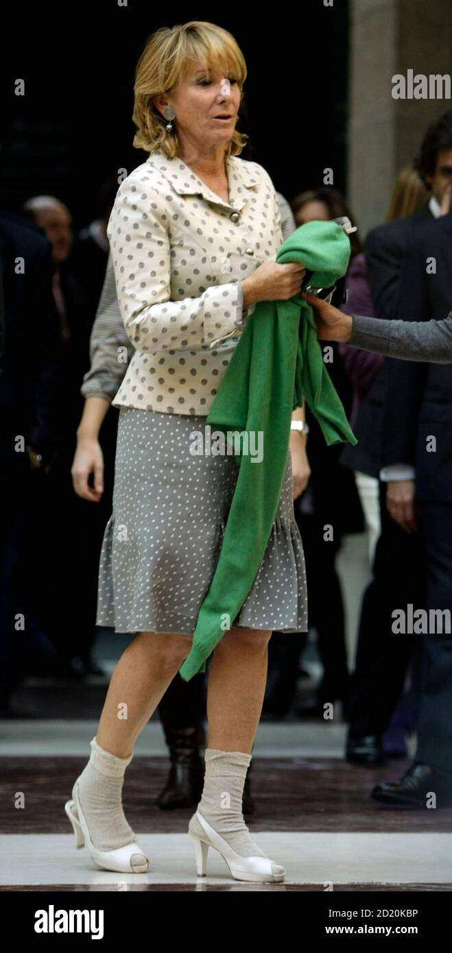 Esperanza Aguirre, Madrid regional president, arrives for a news conference in the regional headquarters of the Popular Party in central Madrid November 27, 2008. Aguirre explained how she escaped unhurt from the lobby of Mumbai's Trident-Oberoi hotel when Islamist militants fired automatic weapons indiscriminately and threw grenades before settling in for a long siege at the Taj and the Trident-Oberoi hotels.  REUTERS/Sergio Perez  (SPAIN) Foto de stock