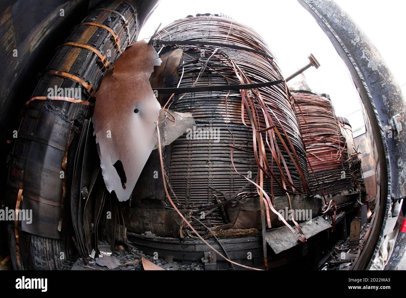 Partes internas de la estación de transformación quemada y retirada se muestran en la central nuclear Kruemmel, cerca de Geesthacht, 27 de julio de 2007. El 27 de junio se produjo un incendio en la estación de transformación de la central nuclear del norte de Alemania. El reactor de Kruemmel se encuentra a unos 30 km (20 millas) al sureste de Hamburgo. REUTERS/Morris Mac Matzen (ALEMANIA) Foto de stock
