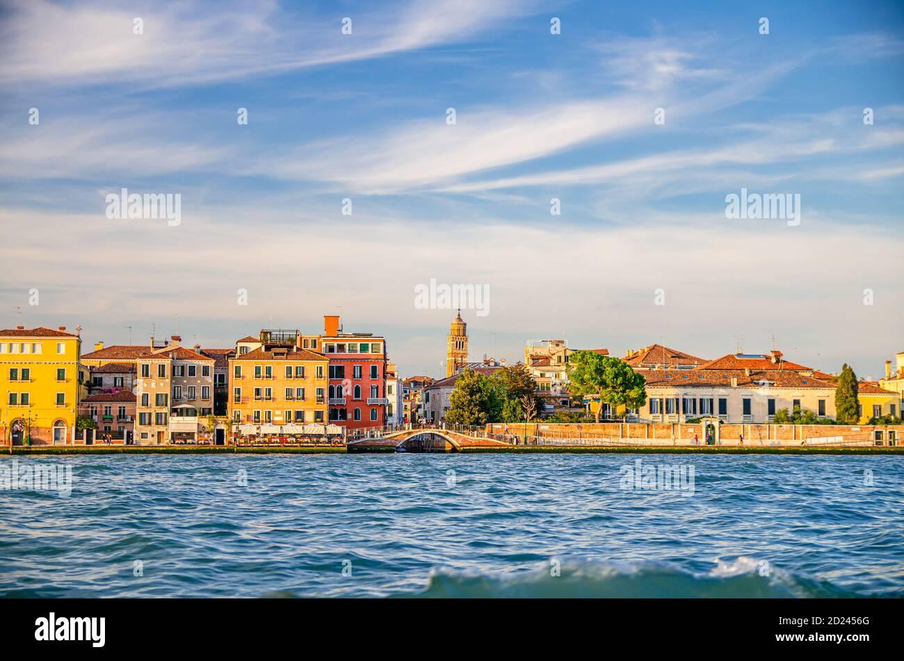 Terraplén de Fondamenta Zattere Ai Gesuati en Venecia centro histórico Dorsoduro sestiere, vista desde el agua del canal de Giudecca, región del Véneto, norte de Italia Foto de stock