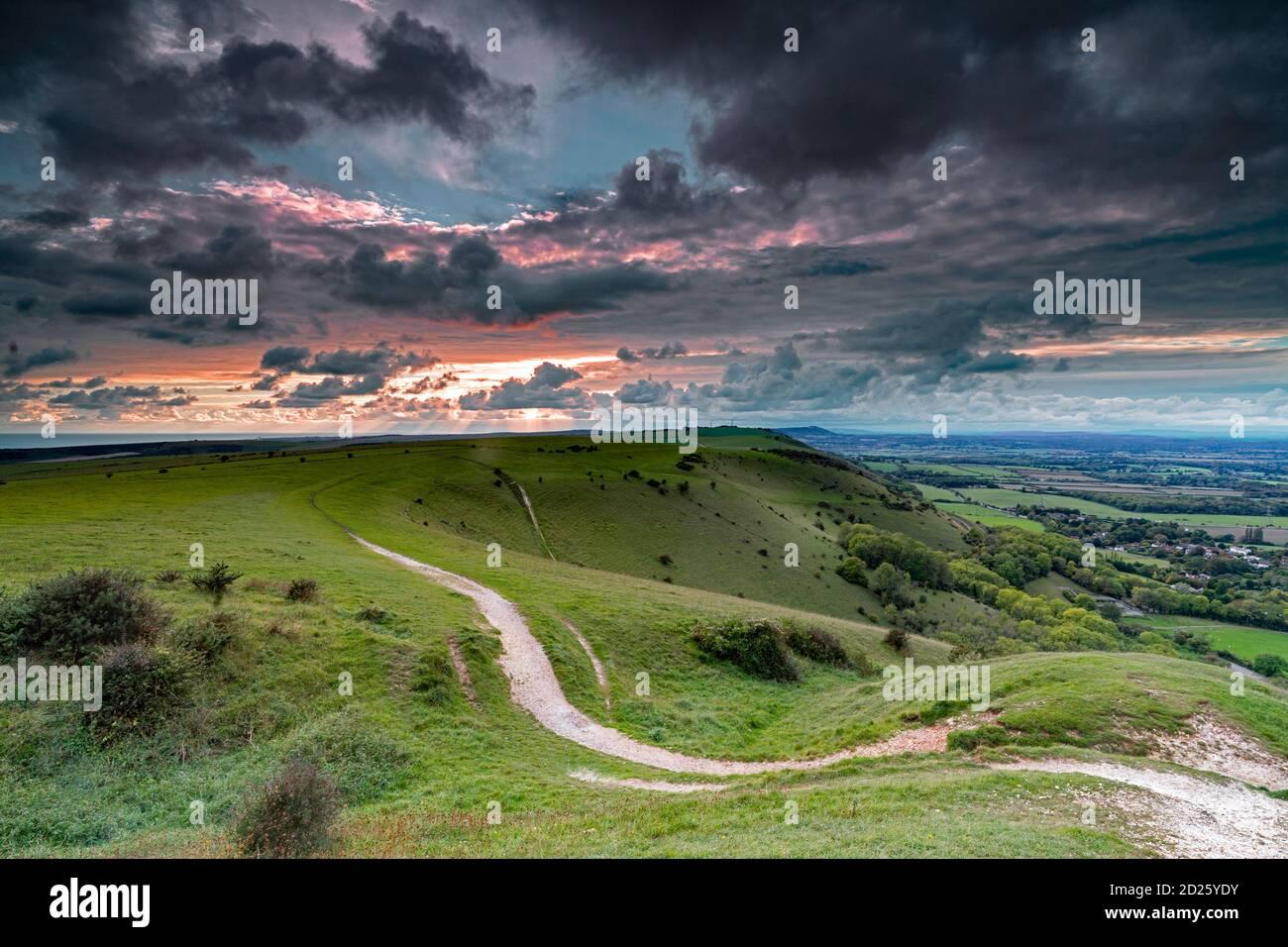 Nubes dispersas sobre el pueblo Fulking y vistas hacia el hiill de truleigh y el mar en el Parque Nacional de South Downs desde Devil's Dyke, Sussex, Eng Foto de stock
