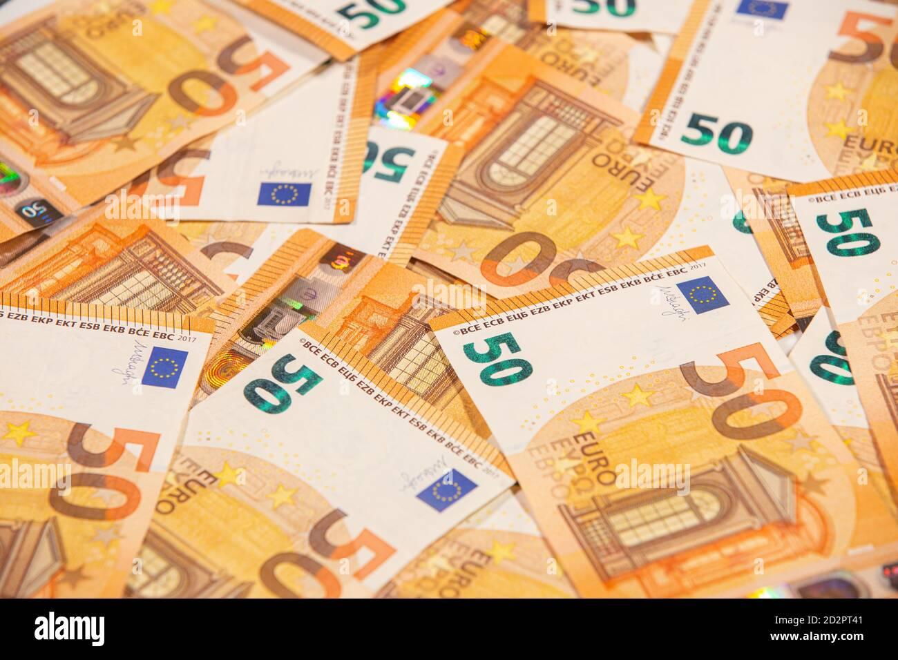 Texto de fondo de cincuenta billetes en euros. Enfoque selectivo. Foto de stock