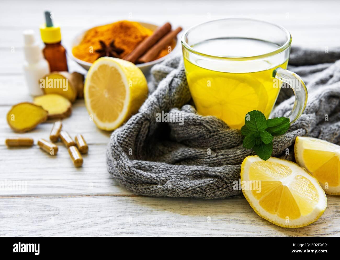 Bebida cúrcuma natural saludable en lugar de las drogas tradicionales y las píldoras contra la gripe. Concepto de medicina alternativa. Foto de stock