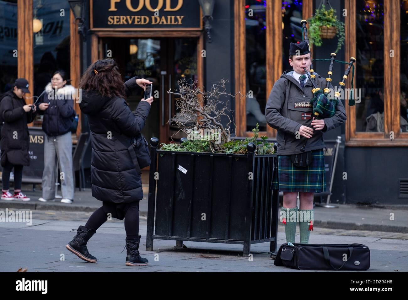 Gaitero escocés, Edimburgo, Lowlands, Escocia, Reino Unido Foto de stock