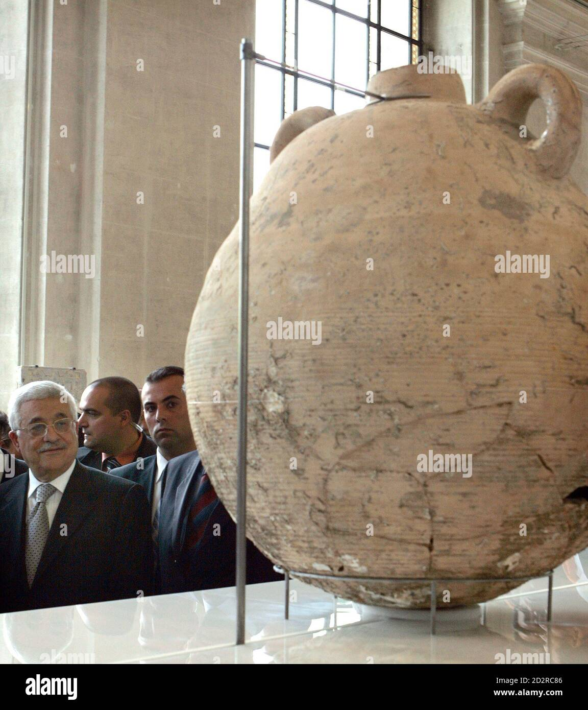 Palestinian President Mahmoud Abbas walks past an amphora during a preview visit at the Musee d'Art et d'Histoire in Geneva April 26, 2007. From April 27 to October 7, 2007 the Museum will hold an exhibition of more than 500 archaeological items recovered from the Gaza strip, revealing  multiple facets of this regions heritage. REUTERS/Denis Balibouse (SWITZERLAND) Foto de stock
