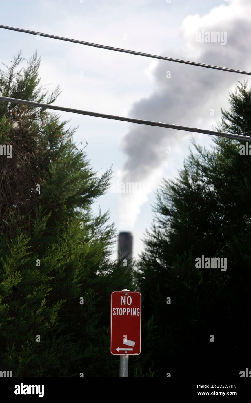 An industrial chimney emits gas near domestic power lines in Sydney May 28, 2007. Electricity prices could rise by up to 75 percent from 2020 if Australia's government refuses to take strong climate change action and set up a carbon trading system, Australia's Climate Institute said on Monday.     REUTERS/Tim Wimborne   (AUSTRALIA) Foto de stock