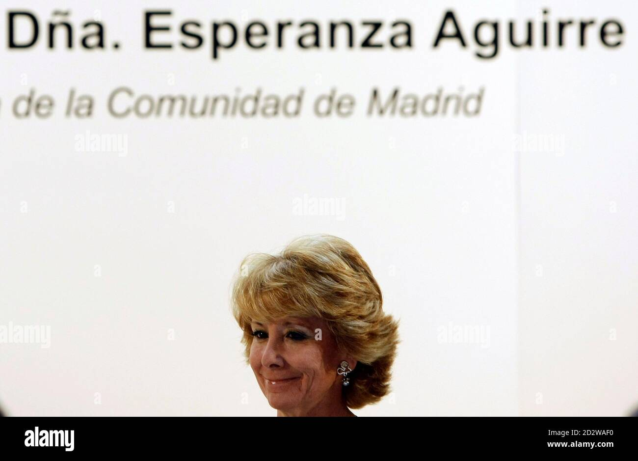 Esperanza Aguirre (L), the president of the Madrid Regional Government and one of the main Popular Party (PP) leaders, prepares to speak at a political luncheon in Madrid April 7, 2008. REUTERS/Sergio Perez (SPAIN) Foto de stock