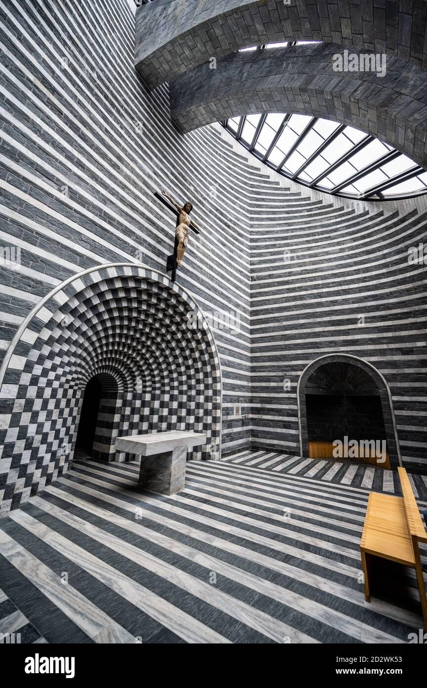 La iglesia de San Giovanni Battista está en el corazón de Mogno (una fracción de Fusio). Construido entre 1992 y 1996, fue diseñado por Mario Botta y ri Foto de stock