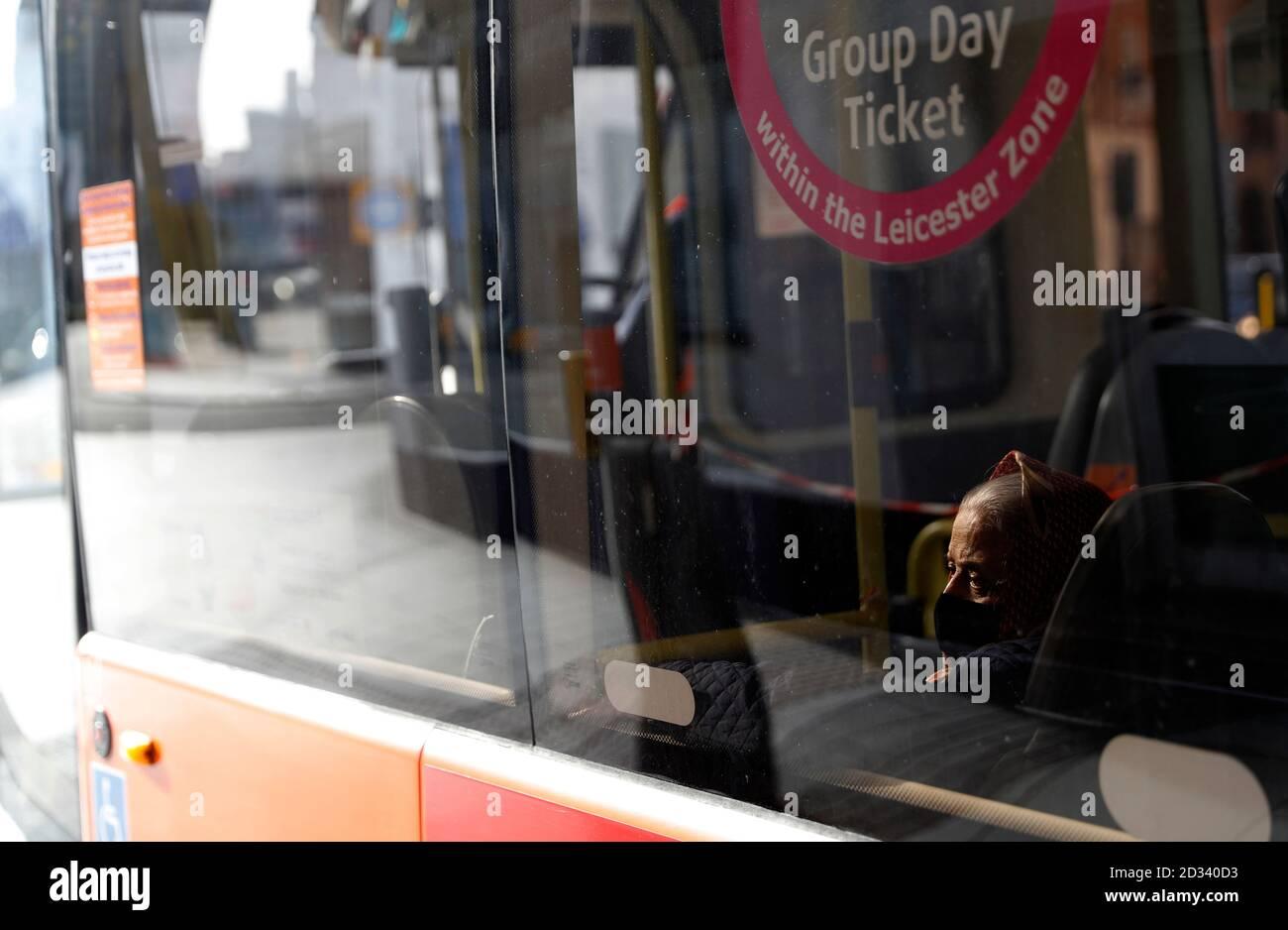Leicester, Leicestershire, Reino Unido. 7 de octubre de 2020. Una mujer viaja en un autobús 100 días desde que se anunció en la ciudad el primer bloqueo de la pandemia del coronavirus local de UKÕs. Darren Staples/Alamy Live News. Foto de stock