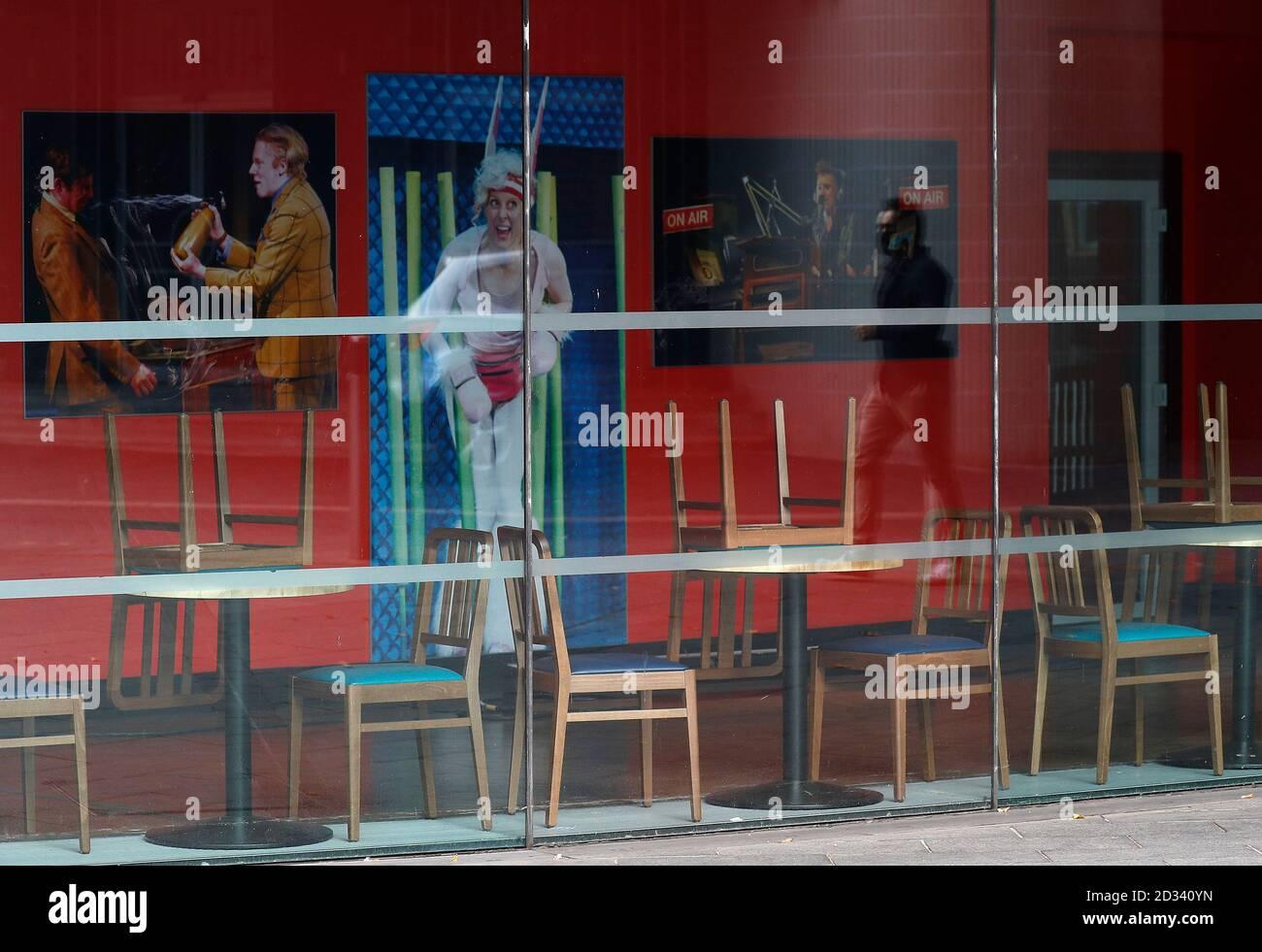 Leicester, Leicestershire, Reino Unido. 7 de octubre de 2020. Un hombre se refleja en la ventana del Teatro de curva cerrada 100 días desde que se anunció el primer bloqueo de la pandemia de coronavirus local UKÕs en la ciudad. Darren Staples/Alamy Live News. Foto de stock
