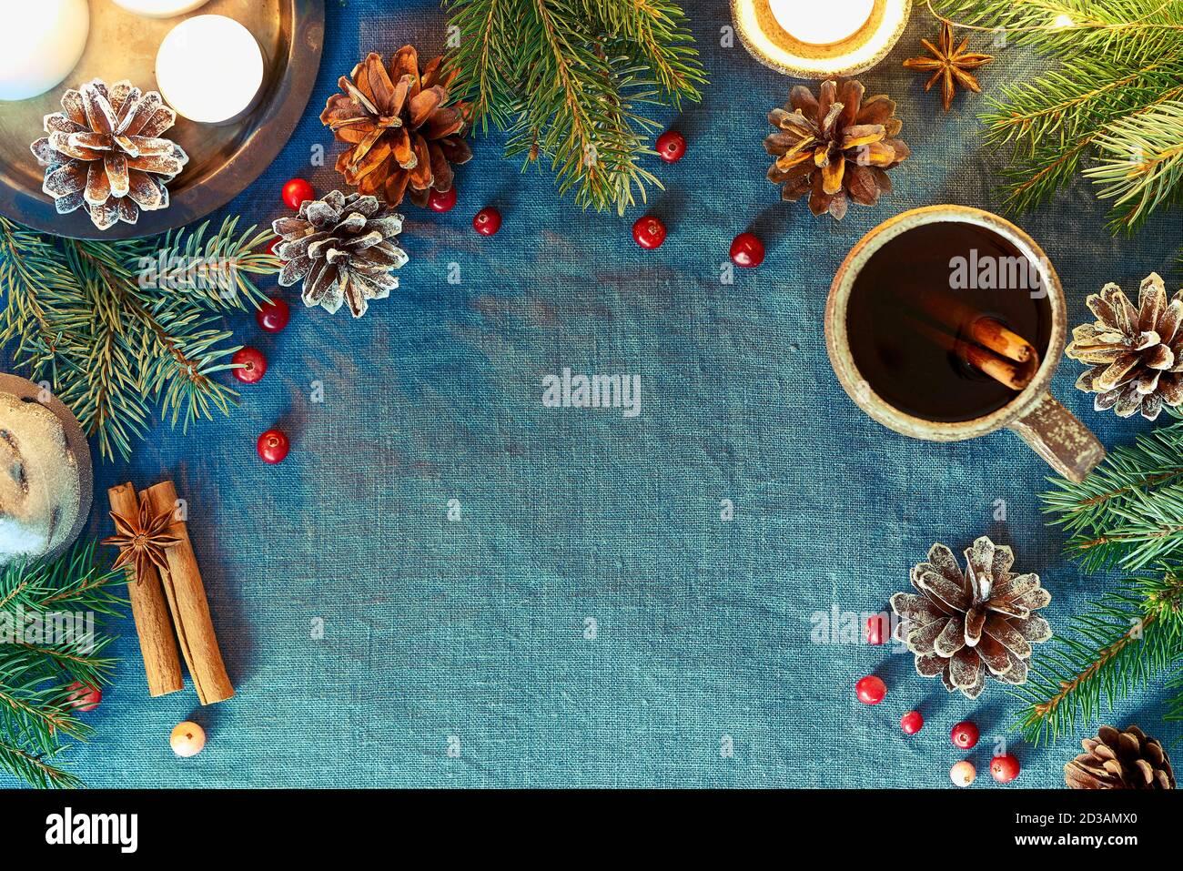 Copa de bebida caliente sobre fondo de Navidad. Noche acogedora, taza de vino caliente, Navidad Foto de stock