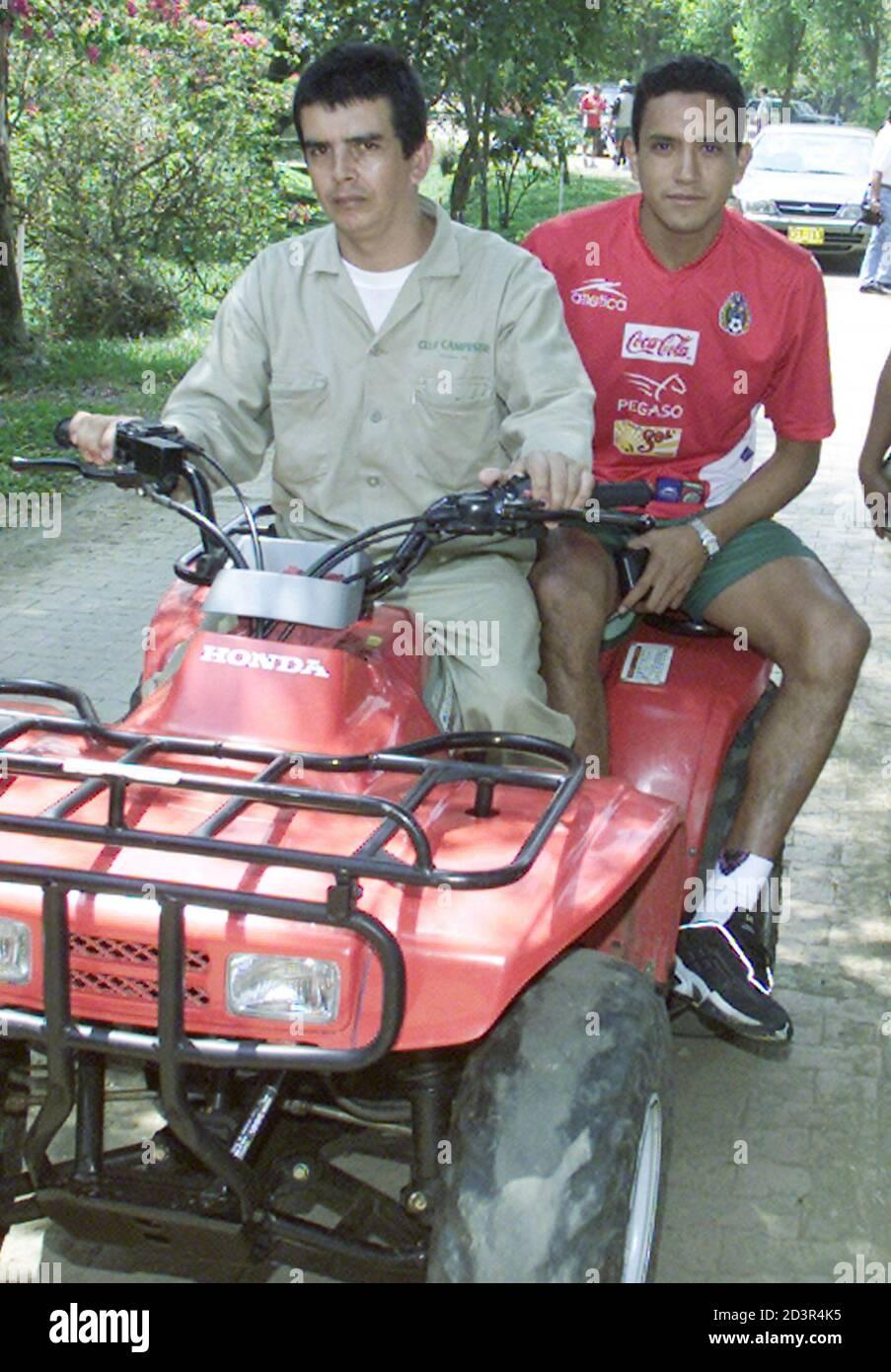 El mexicano Ramón Morales conduce un ATV al campo de entrenamiento en el Campestre Club en Cali, donde el equipo se aloja durante la Copa América, 13 de julio de 2001. México trastornó a Brasil en su primer partido del torneo y juega a Paraguay el 15 de julio. RR/SV Foto de stock