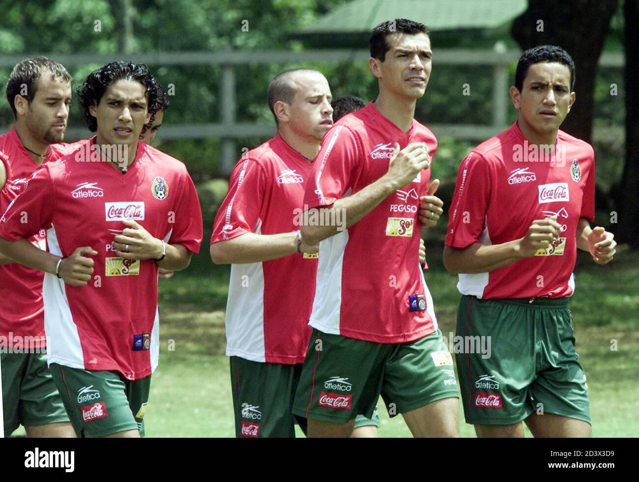 Los mexicanos (L-R) Johan Rodriguez, Adrian Martínez, Oscar Pérez, Jared Borgueti y Ramon Morales jogan en el Campestre Club en Cali, donde el equipo se aloja durante la Copa América, el 13 de julio de 2001. México trastornó a Brasil en su primer partido del torneo y juega a Paraguay el 15 de julio. RR Foto de stock