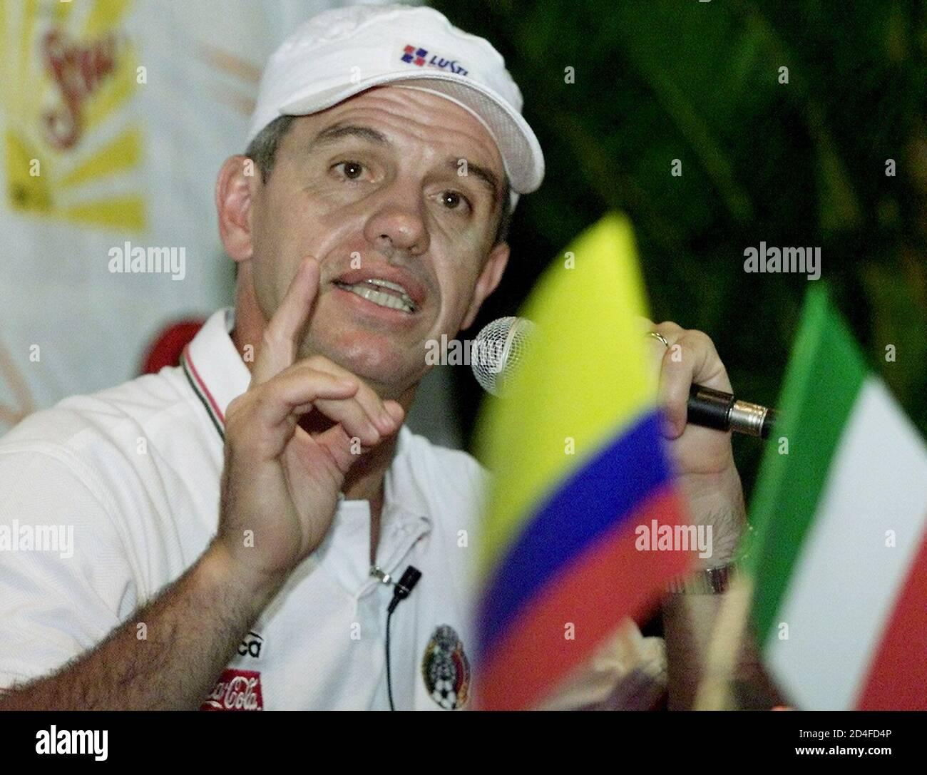 El entrenador del equipo nacional de fútbol mexicano, Javier Aguirre, responde a una pregunta durante una conferencia de prensa dada en el Campestre Club de Cali, donde el equipo se encuentra durante la Copa América, el 14 de julio de 2001. México trastornó a Brasil en su primer partido del torneo y juega a Paraguay el 15 de julio. RR/SV Foto de stock